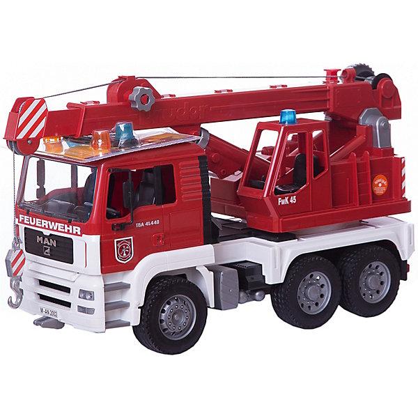 Пожарная машина автокран MAN, BRUDERМашинки<br>Пожарная машина автокран MAN, Bruder (Брудер) выполнена с высокой степень детализации и является точной копией реальной техники в масштабе 1:16. Автотехника Брудер отличается высоким качеством исполнения и проработкой всех деталей и представляет для ребенка большую познавательную ценность. Кабина водителя с вращающимся рулем, 2 креслами и декоративными рычагами управления опрокидывается, открывая вид на блок двигателя. Двери в кабине открываются, зеркала заднего вида складываются. Имеется ящик для инструментов.<br><br>Пожарная лестница закреплена на вращающейся на 360° платформе, поднимается и опускается с помощью лебедки, стрела с крюком на конце может быть выдвинута вращающимся колесиком. Четыре опоры обеспечивают машине устойчивое положение. Хромированная выхлопная труба и детально разработанный радиатор придают машине особую реалистичность. На кабине закреплен модуль со световыми и звуковыми эффектами, имитирующими мигание сирены и звуки реального автомобиля. Машина оснащена мощными прорезиненными колесами с протекторами.<br><br>Дополнительная информация:<br><br>- Материал: высококачественный пластик, резина.<br>- Требуются батарейки: 2 х AAA  1,5 V (входят в комплект).<br>- Размер игрушки: 52 x 18 x 28 см. <br>- Размер упаковки:  42,5 х 17,5 х 23  см. <br>- Вес: 2,1 кг.<br><br> Пожарную машину автокран MAN Bruder можно купить в нашем интернет-магазине.<br>Ширина мм: 180; Глубина мм: 520; Высота мм: 275; Вес г: 2070; Возраст от месяцев: 36; Возраст до месяцев: 1164; Пол: Мужской; Возраст: Детский; SKU: 1422598;