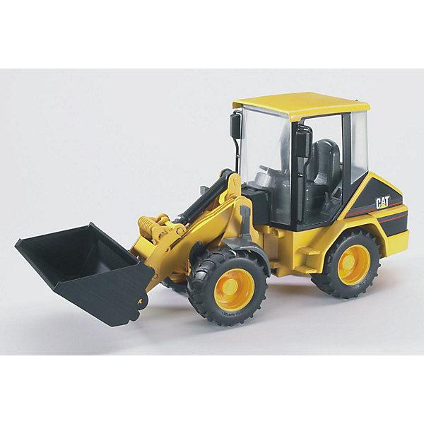 Погрузчик колёсный CAT с ковшом, BruderМашинки<br>Погрузчик колёсный CAT с ковшом, Bruder (Брудер) – это реалистичная копия настоящей машины, выполненная в масштабе 1:16. Удобный, маневренный и компактный погрузчик незаменим в строительстве, в карьерах, в сельском и лесном хозяйстве. С игрушечным погрузчиком можно создавать реальные ситуации благодаря наличию полнофункциональной стрелы и съемного ковша, их можно наклонять с помощью удобного рычага и телескопического механизма. Когда ковш оказывается в нижнем положении, он может собирать сыпучие материалы. Для транспортировки груза предназначено верхнее положение ковша, подъемный механизм при этом будет надежно зафиксирован. Из специальных отсеков сзади выдвигаются опоры, обеспечивая трактору дополнительную устойчивость при работе на грунте.<br><br>Характеристики:<br>-Масштаб: 1:16<br>-Передняя часть поворачивается вместе с ковшом<br>-Стрела фиксируется в разных положениях<br>-Передний ковш съемный, регулируется по высоте и меняет угол наклона<br>-Полноценный руль, который управляет передними колесами<br>-Удобные, гибкие, универсальные компактные шарнирные колеса<br>-Съемное заднее сцепное устройство<br>-Тщательная детализация, в т. ч. внутри кабины<br>-Для расширения игровых возможностей можно использовать дополнительные аксессуары из соответствующей серии Брудер<br><br>Дополнительная информация:<br>-Материалы: пластмасса ABS, резина<br>-Размеры в упаковке: 34х12х16 см<br>-Вес в упаковке: 640 г<br><br>Погрузчик колёсный CAT с ковшом, Bruder (Брудер) -- отличная игрушка для самых разных сюжетно-ролевых игр, поможет Вашему ребенку познакомиться с увлекательным миром техники!<br><br>Погрузчик колёсный CAT с ковшом, Bruder (Брудер) можно купить в нашем магазине.<br><br>Ширина мм: 383<br>Глубина мм: 159<br>Высота мм: 185<br>Вес г: 647<br>Возраст от месяцев: 36<br>Возраст до месяцев: 96<br>Пол: Мужской<br>Возраст: Детский<br>SKU: 1471075