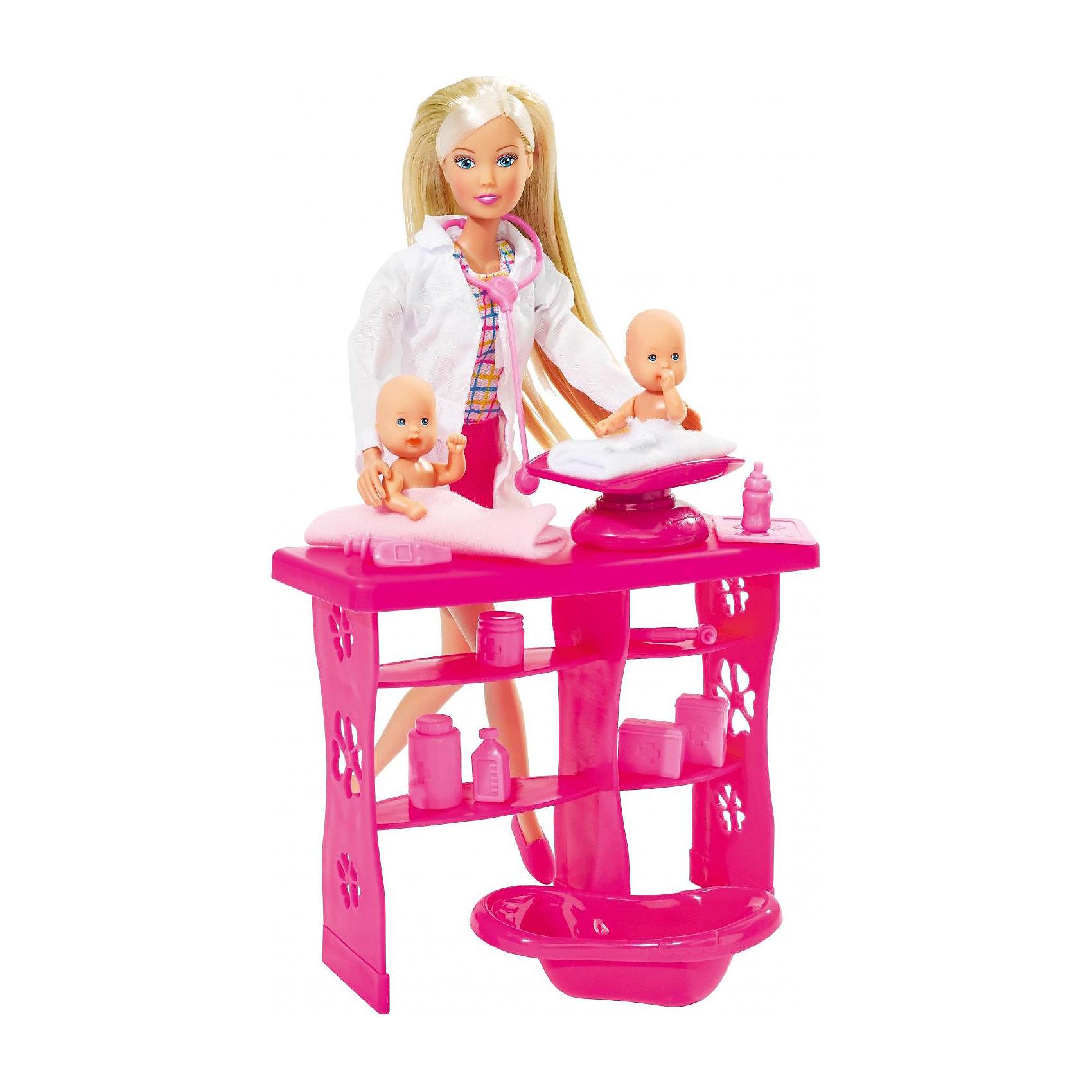 Набор Штеффи - детский доктор, Steffi LoveНабор Штеффи - детский доктор, Steffi Love (Штеффи Лав)-это игровой набор, в котором есть кукла-доктор, 2 малыша и 12 медицинских предмета для их лечения. <br><br>Штеффи в наборе - стандартная кукла, формата Барби, ноги сгибаются на щелчки, длинные светлые волосы, костюм врача-ординатора. Врач производит осмотр малышей на специальном столике, взвешивает их и купает. Набор поможет ребенку развивать творческие способности. Ему понравится создавать свой собственный волшебный мир и использовать игрушки для имитации мира взрослых. <br><br>Комплектация: кукла Штеффи, 2 пупса, смотровой стол доктора и множество аксессуаров по уходу и лечению (стойка, прожектор-лампа, ванночка и весы для новорожденных, коробочка, шприц, разные баночки)<br><br>Дополнительная информация:<br><br>-Материал: пластик, ткань<br>-Высота куклы: 29 см<br><br>Девочка будет рада получить этот отличный набор, ведь можно играть и в дочки-матери, и в доктора, и с пупсиками отдельно. <br><br>Набор Штеффи - детский доктор, Steffi Love (Штеффи Лав) можно купить в нашем магазине.<br><br>Ширина мм: 90<br>Глубина мм: 280<br>Высота мм: 340<br>Вес г: 800<br>Возраст от месяцев: 48<br>Возраст до месяцев: 144<br>Пол: Женский<br>Возраст: Детский<br>SKU: 1623600