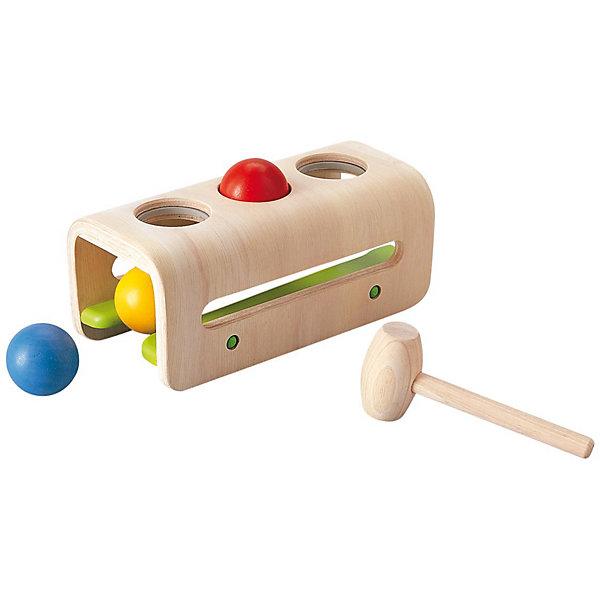 PLAN TOYS 5348 Доска с молоточком и шарикамиДеревянные игрушки<br>Игрушка помогает улучшить координацию глаза-рука и тренирует навыки выравнивания и прицеливания. <br><br>Когда все шары будут забиты, они скатятся обратно, готовые развлекать малыша снова и снова. Забивание шаров способствует развитию мелкой моторики и коцентрации. Кроме того, удары по шарам помогают детям уменьшить напряжение, а также развивается понимание принципов причина-следствие. <br><br>Игрушка выполнена из каучукового дерева с использованием нетоксичных красок и специально изготовлена с закругленными краями, чтобы избежать вероятности травмирования. <br><br>Размеры игрушки: 24.0 x 11.5 x 10.0 см. <br><br>Размеры упаковки: 28.0 x 11.5 x 12.5 см. <br><br>Для детей от 1 года.<br><br>Материал: каучуковое дерево.<br><br>Ширина мм: 285<br>Глубина мм: 128<br>Высота мм: 115<br>Вес г: 886<br>Возраст от месяцев: 12<br>Возраст до месяцев: 36<br>Пол: Мужской<br>Возраст: Детский<br>SKU: 2035262
