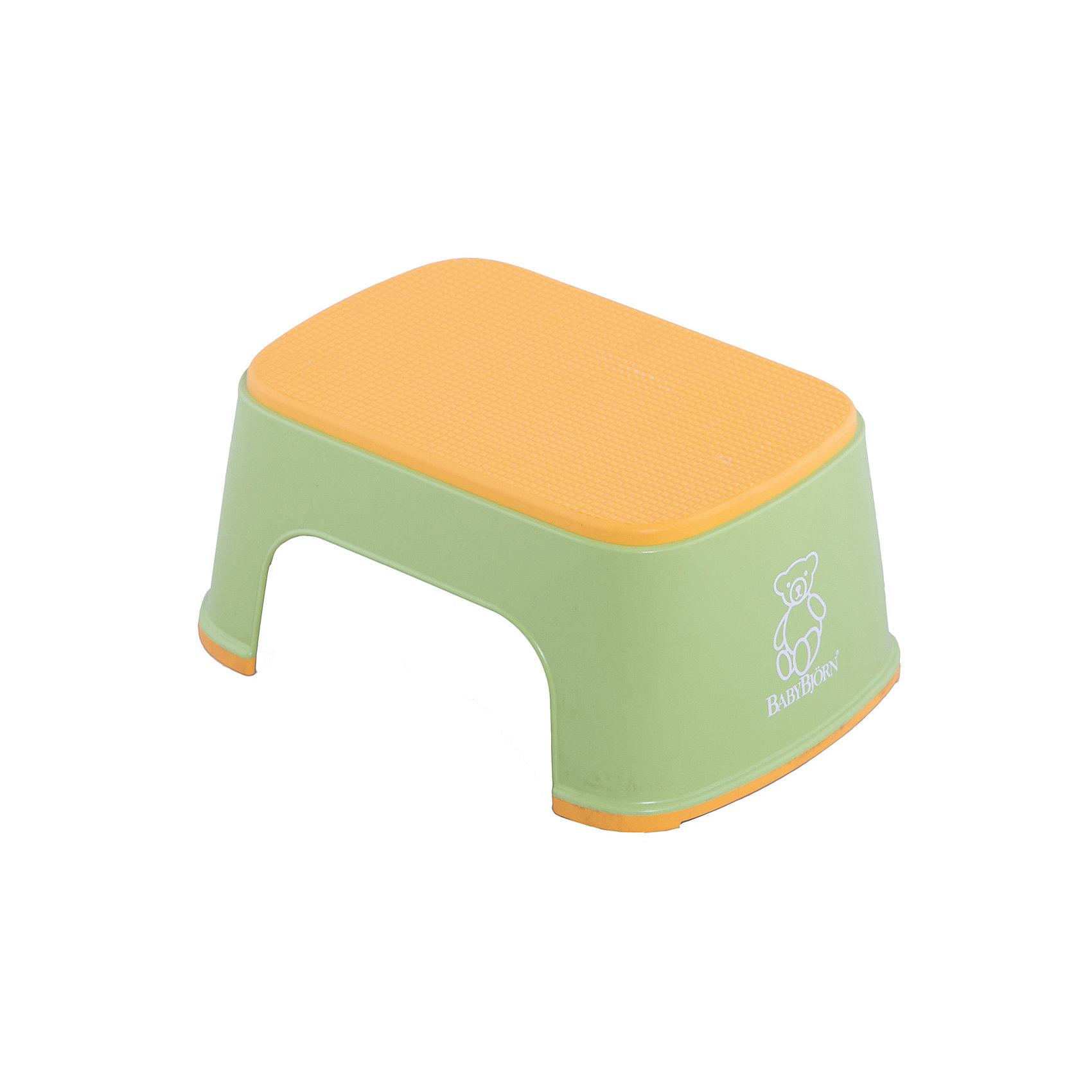Стульчик-подставка BabyBjorn, зеленыйГоршки, сиденья для унитаза, стульчики-подставки<br>Стульчик-подставка BabyBjorn (БэйбиБьёрн) - безопасный шаг наверх! <br><br>Со стульчиком-подставкой Ваш ребенок легко и спокойно  может почистить зубы или вымыть руки, не обращаясь к Вам за помощью. Резиновая поверхность стульчика-подставки создана для того, чтобы ребенок не поскользнулся, даже если его ножки мокрые. Надежная резиновая прокладка на основании предотвращает скольжение  подставки. <br><br>Стульчик легко содержать в чистоте - просто ополосните его под краном. <br><br>Широкая цветовая гамма дает возможность выбрать максимально подходящий для вашей ванной комнаты цвет.<br><br>Проверено немецкой службой технического контроля T?V. <br><br>Размер: 35 х 24 х 16 см.<br>Максимальный вес для BABYBJ?RN Стульчика–подставки не установлен. Изделие предназначено для детей. BABYBJ?RN Стульчик–подставка достаточно прочен, чтобы выдержать взрослого, но он  однозначно рассчитан на детей.<br><br>Стульчик-подставку BabyBjorn зеленого цвета можно купить в нашем интернет-магазине.<br><br>Ширина мм: 315<br>Глубина мм: 155<br>Высота мм: 240<br>Вес г: 550<br>Возраст от месяцев: 18<br>Возраст до месяцев: 36<br>Пол: Унисекс<br>Возраст: Детский<br>SKU: 2157598