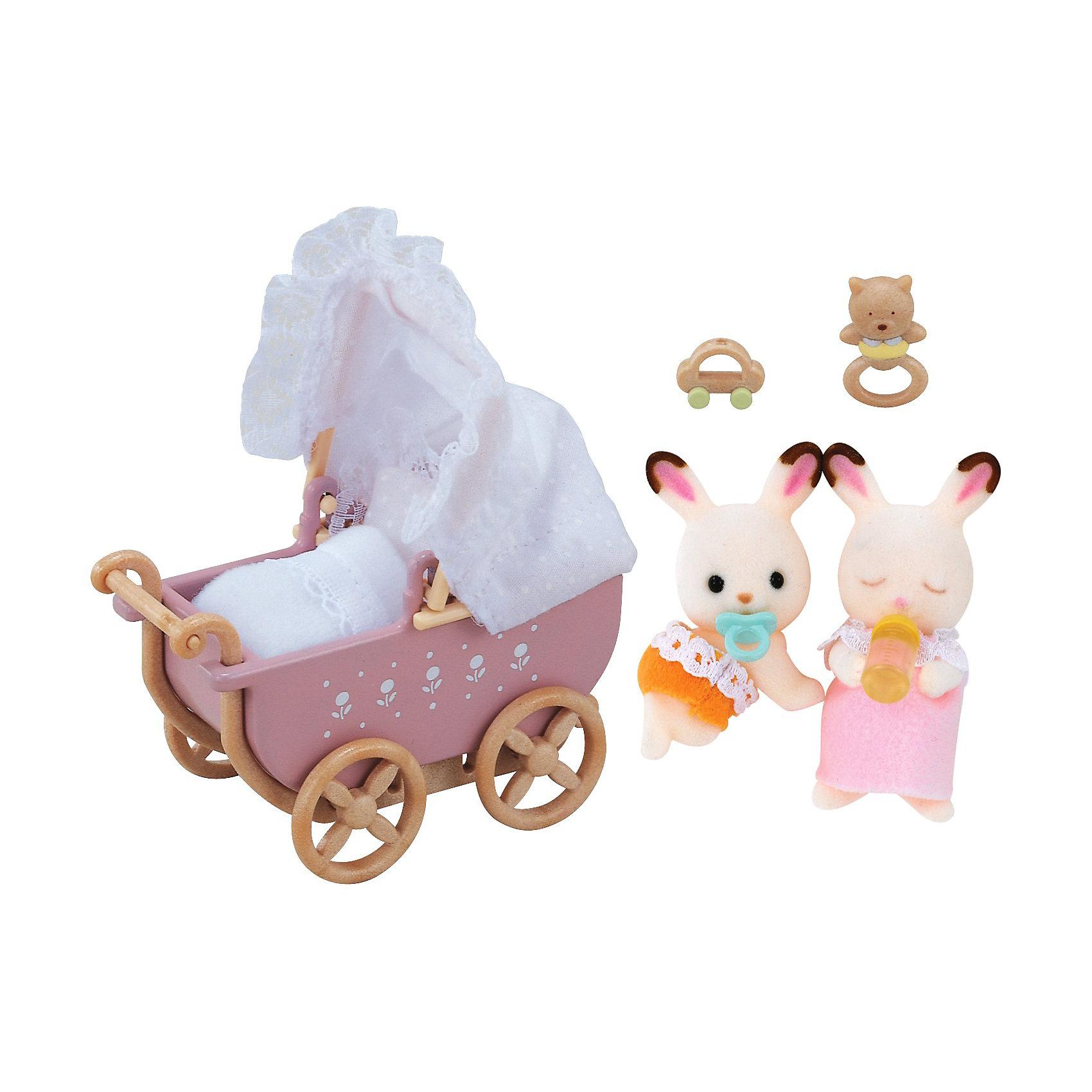 Набор Двойняшки в коляске Sylvanian FamiliesSylvanian Families<br>Набор Двойняшки в коляске от Sylvanian Families (Сильваниан Фэмилиес). <br><br>Маленькие кролики-двойняшки из семьи шоколадных кроликов станут отличным дополнением к базовому набору шоколадных кроликов. Оба кролика белые с коричневыми ушками, у них чёрные глазки-бусинки. Девочка одета в кружевное платье с воротником, а мальчик в жёлтые трусики. <br><br>Крольчата очень любят кататься в своей коляске. У коляски откидной верх, сбоку нарисован узор. Для того, чтобы прогулка была удобной и комфортной, в набор входят матрас и одеяльце. Соска, погремушки и бутылочка развлекут малышей во время прогулки. <br><br>Дополнительная информация:<br><br>В набор входят:<br><br>- коляска (8 х 6,5 х 4 см);<br>- 2 кролика (4,5 см);<br>- соска;<br>- бутылка;<br>- погремушка. <br><br>Материал: текстиль, ПВХ с полимерным напылением, пластмасса.<br><br>Этот набор обязательно порадует Вашего ребёнка, ведь теперь он сможет разыгрывать сценки из собственной жизни! Набор также способствует развитию фантазии и навыков общения.<br><br>Ширина мм: 139<br>Глубина мм: 139<br>Высота мм: 55<br>Вес г: 100<br>Возраст от месяцев: 36<br>Возраст до месяцев: 72<br>Пол: Женский<br>Возраст: Детский<br>SKU: 2226651