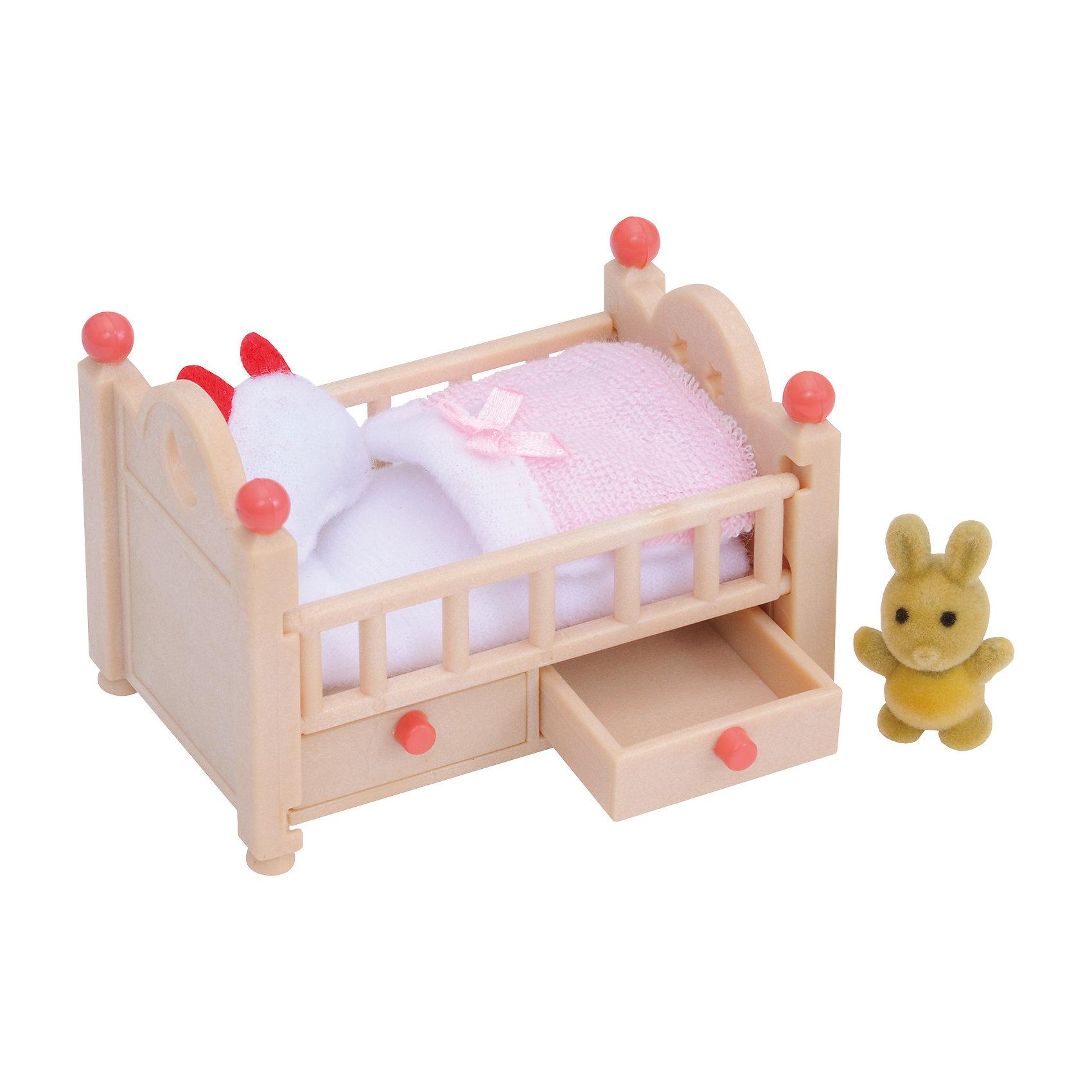 Набор Детская кроватка Sylvanian FamiliesНабор Детская кроватка от Sylvanian Families (Сильваниан Фалимиес) выполнена очень реалистично,  Ваш ребенок сможет проявить заботу о своем подопечном.  И малышу  из лесной семейки так будет уютно здесь спать.<br>У кроватки по бокам бортики, снизу – выдвижные ящички для белья. Постельное белье выдержано в спокойных светло – розовых тонах.<br> Пусть ваш ребенок споет колыбельную игрушечной зверушке, так он научится дарить окружающим тепло.<br><br>Размер упаковки: 6 *12,5 *7,5 см<br>Материал: текстиль, ПВХ с полимерным наполнением, пластмасса.<br><br>Ширина мм: 128<br>Глубина мм: 96<br>Высота мм: 63<br>Вес г: 69<br>Возраст от месяцев: 36<br>Возраст до месяцев: 72<br>Пол: Женский<br>Возраст: Детский<br>SKU: 2226653