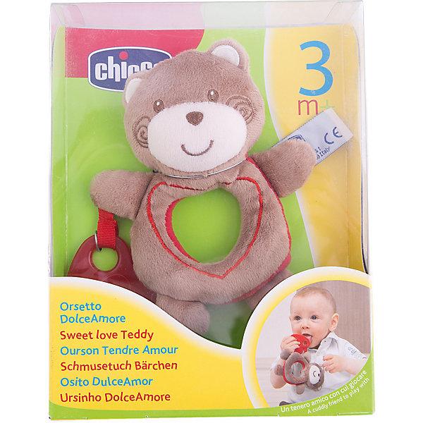 Медвежонок Sweet Love Teddy, ChiccoМягкие игрушки животные<br>Медвежонок Sweet Love Teddy Chicco (Чико) - это настоящий маленький друг Вашего малыша! <br><br>Очаровательный медвежонок из мягкого материала - приятный на ощупь и безопасный для здоровья Вашей крохи. Красное сердечко из специального мягкого пластика, которое держит медвежонок, выполняет роль прорезывателя, когда у малыша режутся зубки.<br><br>Игрушка очень легкая, а благодаря своим размерам, малышу будет удобно держать его в руках. <br><br>Медвежонок оснащен удобным крепежом - его можно легко прикрепить к кроватке, коляске или автокреслу - он сможет всюду сопровождать малыша!<br><br>Медвежонка Sweet Love Teddy Chicco можно купить в нашем интернет-магазине.<br><br>Дополнительная информация:<br>- Можно стирать в стиральной машине.<br>- Размер упаковки: 16,1 х 5,7 х 21  см.<br>Ширина мм: 161; Глубина мм: 57; Высота мм: 210; Вес г: 214; Возраст от месяцев: 3; Возраст до месяцев: 12; Пол: Унисекс; Возраст: Детский; SKU: 2231679;
