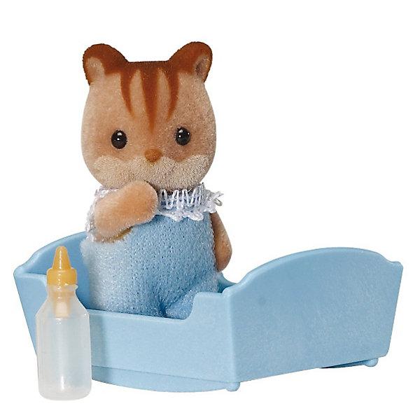 Набор Малыш бельчонок Sylvanian FamiliesSylvanian Families<br>Малыш Бельчонок Sylvanian Families (Сильваниан Фамилиес) - сладкий малыш, о котором так и хочется позаботиться! Он одет в голубой комбинезончик с кружевами и любит спать в своей колыбельке, особенно зимой. Малыша нужно покормить из бутылочки и уложить спать в уютную кроватку.  <br>Голова малыша с черными глазками-бусинками поворачивается, а лапки двигаются.<br><br>В комплекте:<br>- Малыш Бельчонок высотой 3,5 см<br>- колыбелька<br>- бутылочка <br>Дополнительная информация:<br>Размер коробки: 8 х 4 х 12 см.<br><br> Материал: высококачественная пластмасса, ПВХ с полимерным напылением, текстиль. <br><br>Ваш ребенок будет в восторге от этого малыша!<br>Ширина мм: 120; Глубина мм: 78; Высота мм: 38; Вес г: 37; Возраст от месяцев: 36; Возраст до месяцев: 72; Пол: Женский; Возраст: Детский; SKU: 2328118;
