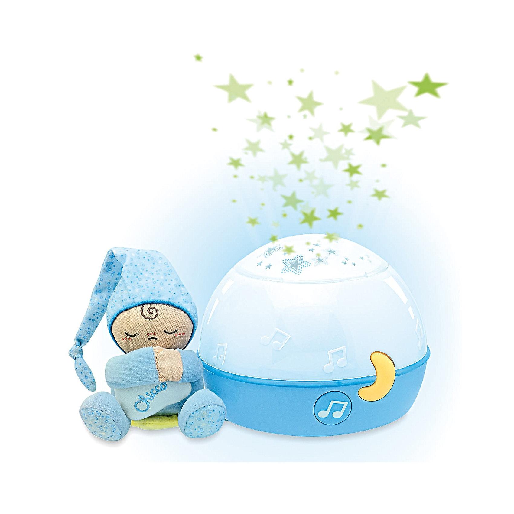 Проектор Первые грезы, голубой, ChiccoПроектор Первые грезы Chicco (Чико) - новый проектор для создания волшебной атмосферы во время сна!<br><br>Зная предпочтения своего малыша, Вы сами выбираете классические мелодии и проецирование изображений звезд, которые помогают малышу уснуть. Музыка Баха и Россини, мелодии нью-эйдж и звуки природы звучат одна за другой по вашему выбору, приобщая вашего малыша к миру музыки.<br><br>Очаровательную игрушку в виде малыша в голубой пижаме и колпаке можно отсоединить от ночника, и она станет мягким и нежным другом для малыша. <br><br>Проектор можно использовать как цветную лампу.<br><br>Проектор Первые грезы Chicco поможет успокоить и расслабить вашего малыша!<br><br>Дополнительная информация:<br>- Звуки музыки, мягкий свет, проекция изображения звезд.<br>- Проектор можно использовать как ночную  лампу.<br>- Мягкая игрушка-человечек снимается и может использоваться малышом для игры.<br>- Батарейки: 3 х АА 1,5 В (не входят в комплект)<br>- Диаметр: 15 см.<br>- Высота: 13 см.<br>- Человечек: 7 х 10 см.<br>- Возраст: от 0 месяцев.<br><br>Ширина мм: 282<br>Глубина мм: 215<br>Высота мм: 195<br>Вес г: 980<br>Возраст от месяцев: 0<br>Возраст до месяцев: 24<br>Пол: Мужской<br>Возраст: Детский<br>SKU: 2450436