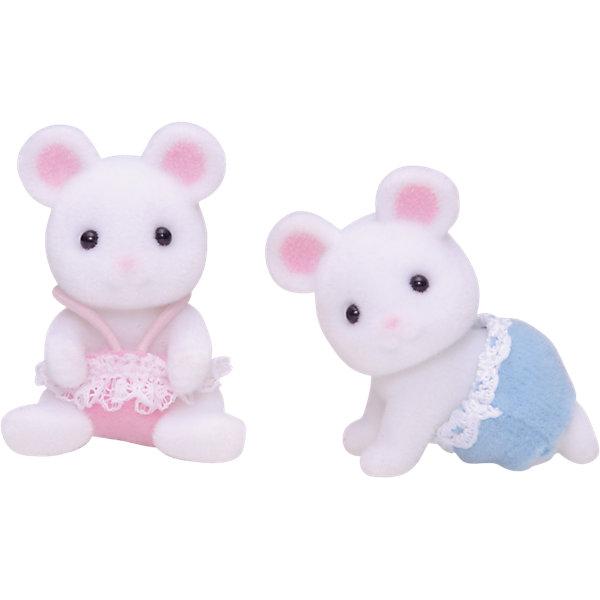 Набор Белые Мышата-двойняшки Sylvanian FamiliesSylvanian Families<br>Двое белых мышат изнабора Sylvanian Families  (Сильваниан Фамилиес) «Белые Мышата-двойняшки» всегда вместе. Они вместе кушают из бутылочки, играют и спят. Ваш ребенок сможет будет рад позаботиться об этих очаровательных малышах! <br>В комплекте:<br><br>2 малыша-овечки (в платьице и трусиках)<br><br>Высота фигурок — около 3 см. Головки у малышей поворачиваются.<br>Материал: высококачественная пластмасса, ПВХ с полимерным напылением, текстиль<br>Дополнительная информация:<br>Размер упаковки: 8x4x12 см<br>Вес: 0.07 кг.<br><br>Ширина мм: 120<br>Глубина мм: 78<br>Высота мм: 38<br>Вес г: 31<br>Возраст от месяцев: 36<br>Возраст до месяцев: 72<br>Пол: Женский<br>Возраст: Детский<br>SKU: 2458906
