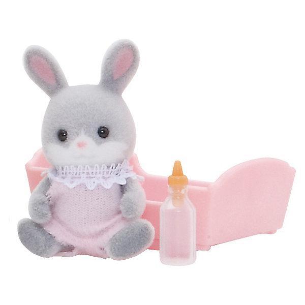 Набор Малыш Серый Кролик Sylvanian FamiliesSylvanian Families<br>Малыш серый кролик - сладкий малыш, о котором так и хочется позаботиться! Он одет в смешной комбинезончик и любит спать в своей колыбельке, особенно зимой. Малыша нужно покормить из бутылочки и уложить спать в уютную кроватку.  <br>Цвет комбинезончика может быть розовым или голубым.<br>В наборе Малыш серый кролик от Sylvanian Families (Сильвания Фэмили):<br>- мишка <br>- колыбелька<br>- бутылочка Размер коробки: 8 х 4 х 12 см.<br>Высота фигурок: 3,5 см                                                            <br>Материал: высококачественная пластмасса, ПВХ с полимерным напылением, текстиль. ВНИМАНИЕ! Данный артикул имеется в наличии в разных цветовых исполнениях. К сожалению, заранее выбрать определенный цвет не возможно.   <br><br>Ваш ребенок будет в восторге от этого малыша!<br>Ширина мм: 121; Глубина мм: 76; Высота мм: 38; Вес г: 42; Возраст от месяцев: 36; Возраст до месяцев: 72; Пол: Женский; Возраст: Детский; SKU: 2458908;