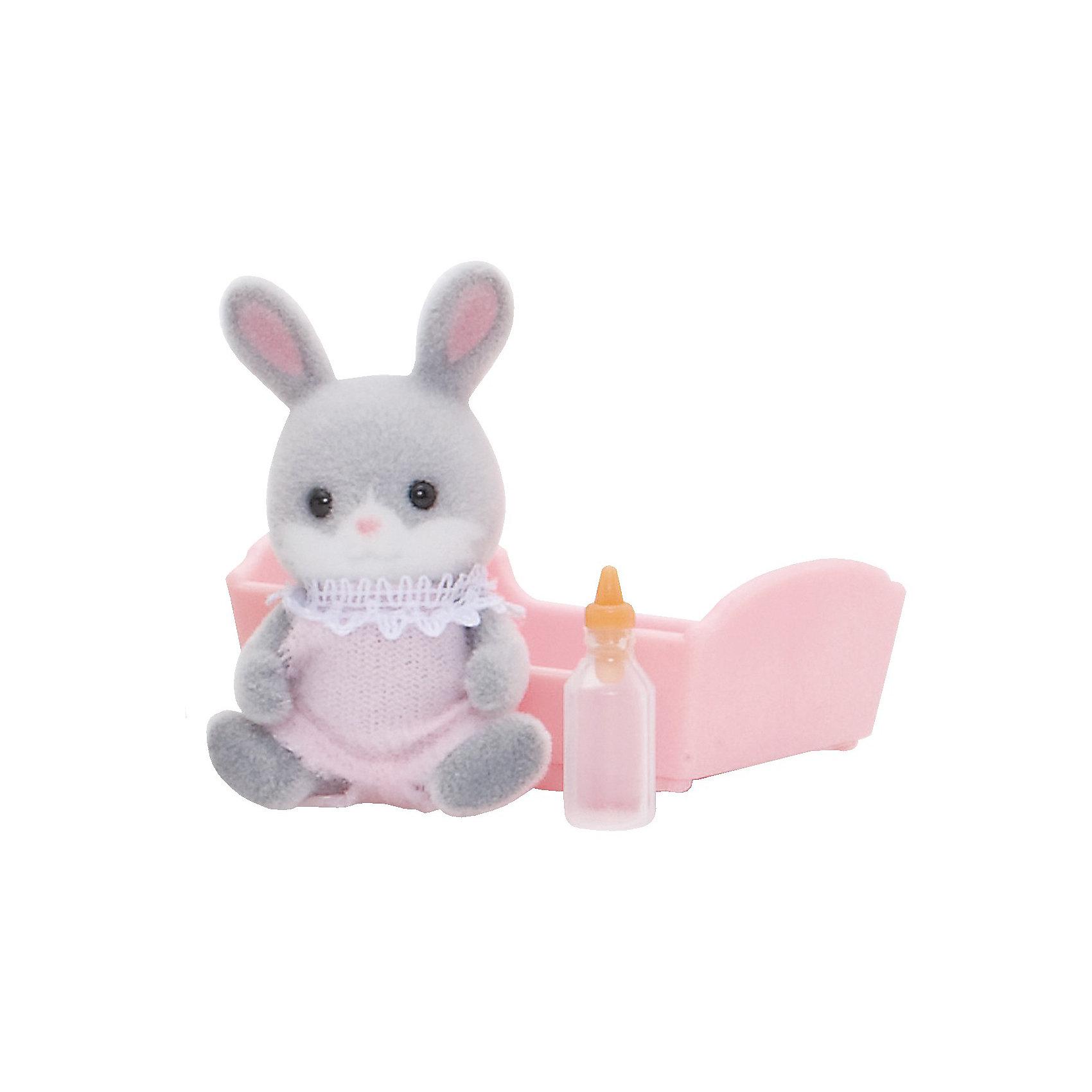 Набор Малыш Серый Кролик Sylvanian FamiliesМалыш серый кролик - сладкий малыш, о котором так и хочется позаботиться! Он одет в смешной комбинезончик и любит спать в своей колыбельке, особенно зимой. Малыша нужно покормить из бутылочки и уложить спать в уютную кроватку.  <br>Цвет комбинезончика может быть розовым или голубым.<br>В наборе Малыш серый кролик от Sylvanian Families (Сильвания Фэмили):<br>- мишка <br>- колыбелька<br>- бутылочка Размер коробки: 8 х 4 х 12 см.<br>Высота фигурок: 3,5 см                                                            <br>Материал: высококачественная пластмасса, ПВХ с полимерным напылением, текстиль. ВНИМАНИЕ! Данный артикул имеется в наличии в разных цветовых исполнениях. К сожалению, заранее выбрать определенный цвет не возможно.   <br><br>Ваш ребенок будет в восторге от этого малыша!<br><br>Ширина мм: 126<br>Глубина мм: 88<br>Высота мм: 38<br>Вес г: 34<br>Возраст от месяцев: 36<br>Возраст до месяцев: 72<br>Пол: Женский<br>Возраст: Детский<br>SKU: 2458908