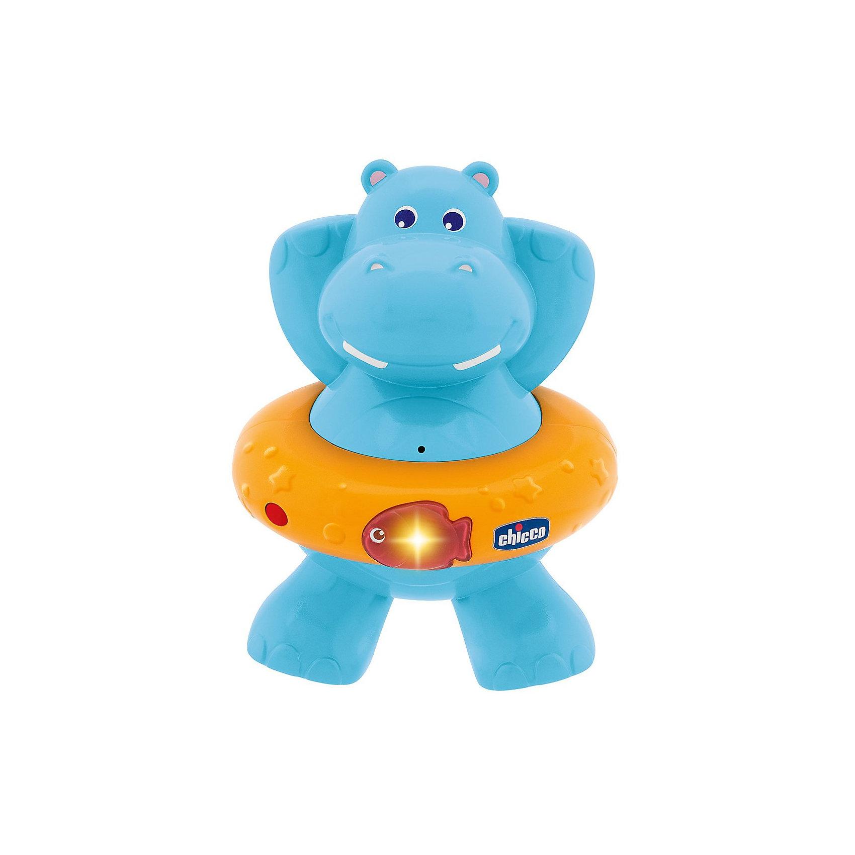 Игрушка для ванной Счастливый бегемотик, ChiccoДинамические игрушки<br>Игрушка для ванны Счастливый бегемотик Chicco (Чико) - это очаровательный электронный плавающий гиппопотам!<br><br>Игрушка выполнена в виде бегемотика со спасательным кругом. Нажмите на рыбку на спасательном круге, и вы услышите мелодии и увидите световые эффекты. Игрушка поможет Вашей крохе развить навыки понимания музыки.<br><br>Счастливый бегемотик оснащен датчиком движения. <br><br>Игрушку для ванны Счастливый бегемотик Chicco можно купить в нашем интернет-магазине.<br><br>Ширина мм: 103<br>Глубина мм: 150<br>Высота мм: 211<br>Вес г: 400<br>Возраст от месяцев: 6<br>Возраст до месяцев: 36<br>Пол: Унисекс<br>Возраст: Детский<br>SKU: 2495047