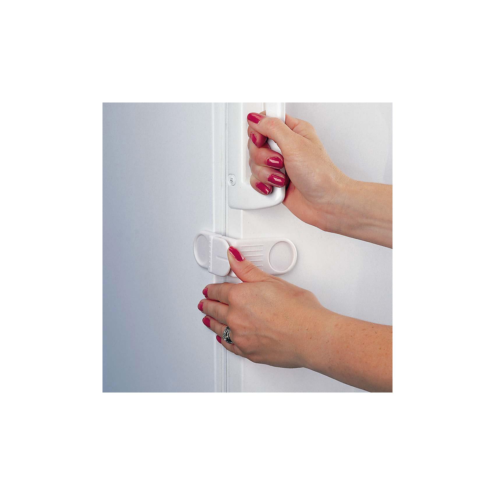 Защитный замок для холодильника, ClippasafeЗащитный замок для холодильника Clippasafe обеспечивает ребенку безопасность в доме.<br><br>Замок быстро и легко устанавливается на дверцу холодильника при помощи клейких подушек.<br><br>Дополнительная информация:<br><br>- В комплект входит: 1 защитный замок.<br>- Материал: пластмасса.<br><br>Ширина мм: 300<br>Глубина мм: 200<br>Высота мм: 180<br>Вес г: 180<br>Возраст от месяцев: 0<br>Возраст до месяцев: 60<br>Пол: Унисекс<br>Возраст: Детский<br>SKU: 2614588