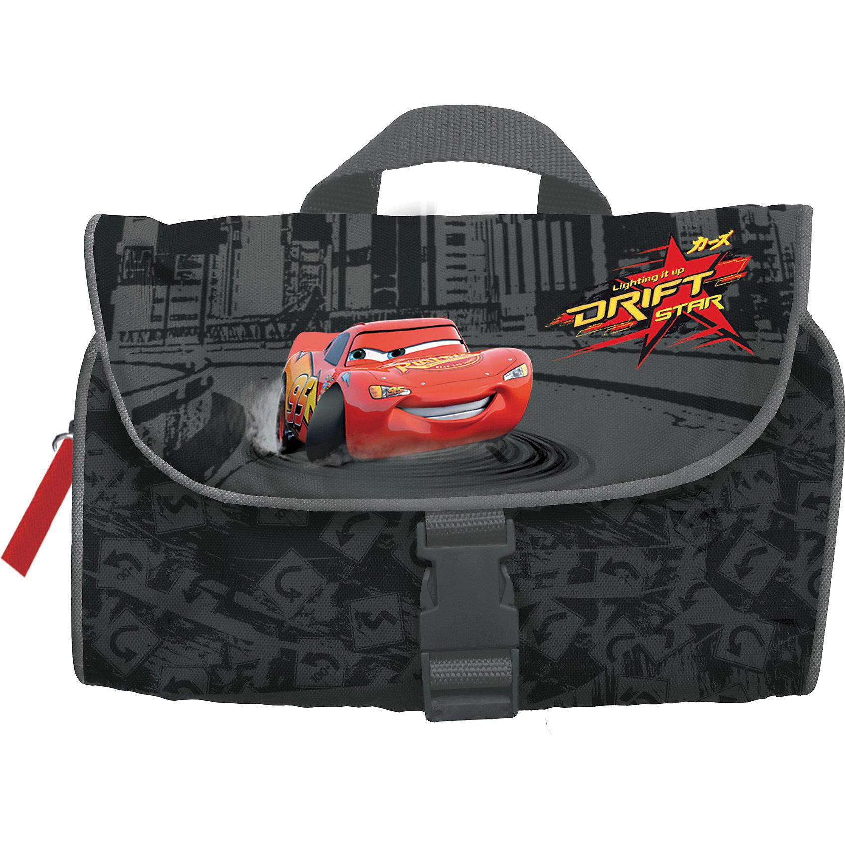 Сумка-несессер, ТачкиУдобная и вместительная сумка с изображением героев популярного мультфильма Тачки (Cars) одинаково удобно может использоваться как в дороге так и дома. В сумку можно складывать различные средства гигиены. Сумка закрывается на защелку и имеет удобный крючок для подвешивания в раскрытом виде.<br><br>Дополнительная информация:<br><br>Размеры: 160*250*50 мм<br>Три отделения: два из них на молнии и одно с несколькими маленькими ячейками<br>Материал: полиэстер<br><br>Сумку-несессер, Тачки можно купить в нашем магазине.<br><br>Ширина мм: 160<br>Глубина мм: 250<br>Высота мм: 50<br>Вес г: 165<br>Возраст от месяцев: 48<br>Возраст до месяцев: 84<br>Пол: Мужской<br>Возраст: Детский<br>SKU: 3109905