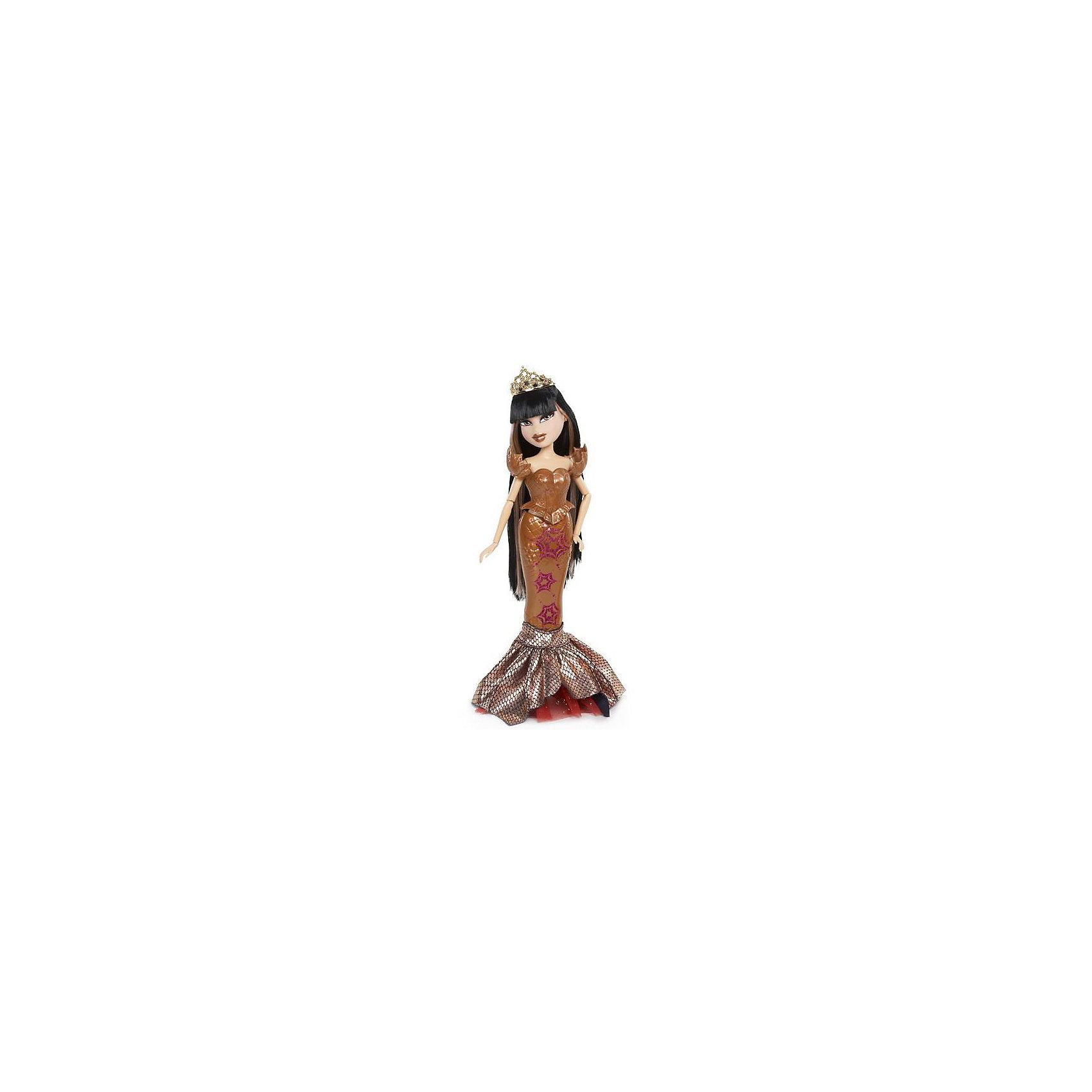 Кукла Русалка Джейд, BratzОслепительная представительница королев морского царства - кукла Bratz Русалка, Джейд.<br>Она выглядит утонченно, роскошно, богато и даже мистически. Светлые пряди на длинных черных волосах и густая челка, сверкающая драгоценная  корона, яркий макияж и оригинальный костюм подчеркивают этот образ. <br>Русалка Джейд и ее подружки Жасмин и Хлоя могут находиться и на суше, и под водой.<br>С помощью своего таинственного наряда в цвете красного золота, она может быть в костюме русалки, в который входит роскошный хвост с бордовым узором морских звезд, стильный  корсет с плечиками в виде ракушек, и блестящий чешуйчатый плавник. Или превратиться в земную красавицу, одев очаровательную пышную юбку черного цвета с красным капроном сверху, черные туфли на высоком каблуке, украшенные золотистыми плавниками сзади. Нужно отсоединить русалочий хвостик на магните и сделать его пышной юбкой.<br><br>Дополнительная информация:<br><br>- высота куклы: 25 см. <br>- материал: нетоксичная пластмасса и текстиль<br>- у куклы сгибаются ручки, ножки и голова куколки подвижны. <br>- в наборе так же есть красная расческа. <br><br>Куклу Bratz Русалка, Джейд  можно купить в нашем интернет магазине.<br><br>Ширина мм: 260<br>Глубина мм: 330<br>Высота мм: 65<br>Вес г: 553<br>Возраст от месяцев: 36<br>Возраст до месяцев: 156<br>Пол: Женский<br>Возраст: Детский<br>SKU: 3151430