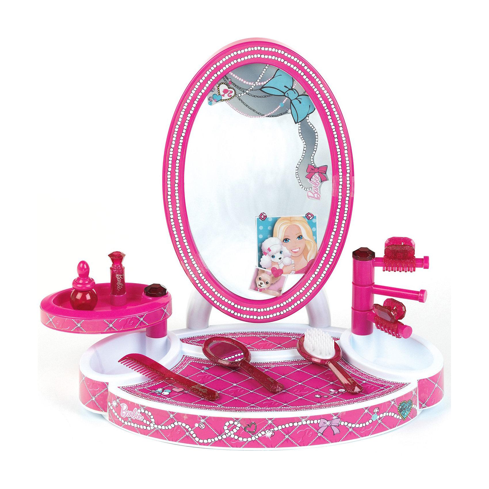Студия красоты Barbie с аксессуарами, KleinСтудия красоты Barbie от Кляйн (Klein) - отличная студия для маленьких модниц. Игровой набор выполнен в виде большого зеркала с платформой, которую можно использовать как туалетный столик, и стойками. В наборе есть все необходимое чтобы экспериментировать в создании модных образов себе и своим любимым куклам: расческа, щетка для волос, флакончик, заколки для волос. Все предметы имеют стильный дизайн и выполнены в приятных ярко-розовых тонах. Столик и рамка зеркала украшены изображением красивого узора из жемчужных нитей.  <br><br>Дополнительная информация:<br><br>- В наборе: большое зеркало со стойками и платформой, щетка, расческа, зеркальце, флакончик, заколки.<br>- Материал: пластик.<br>- Высота столика с зеркалом: 42 см.<br>- Размер упаковки: 52 х 40 х 11 см.<br>- Вес: 1,4 кг.<br><br>Студию красоты Barbie (Барби), Klein, можно купить в нашем интернет-магазине.<br><br>Ширина мм: 530<br>Глубина мм: 400<br>Высота мм: 122<br>Вес г: 1412<br>Возраст от месяцев: 36<br>Возраст до месяцев: 1164<br>Пол: Женский<br>Возраст: Детский<br>SKU: 3191302
