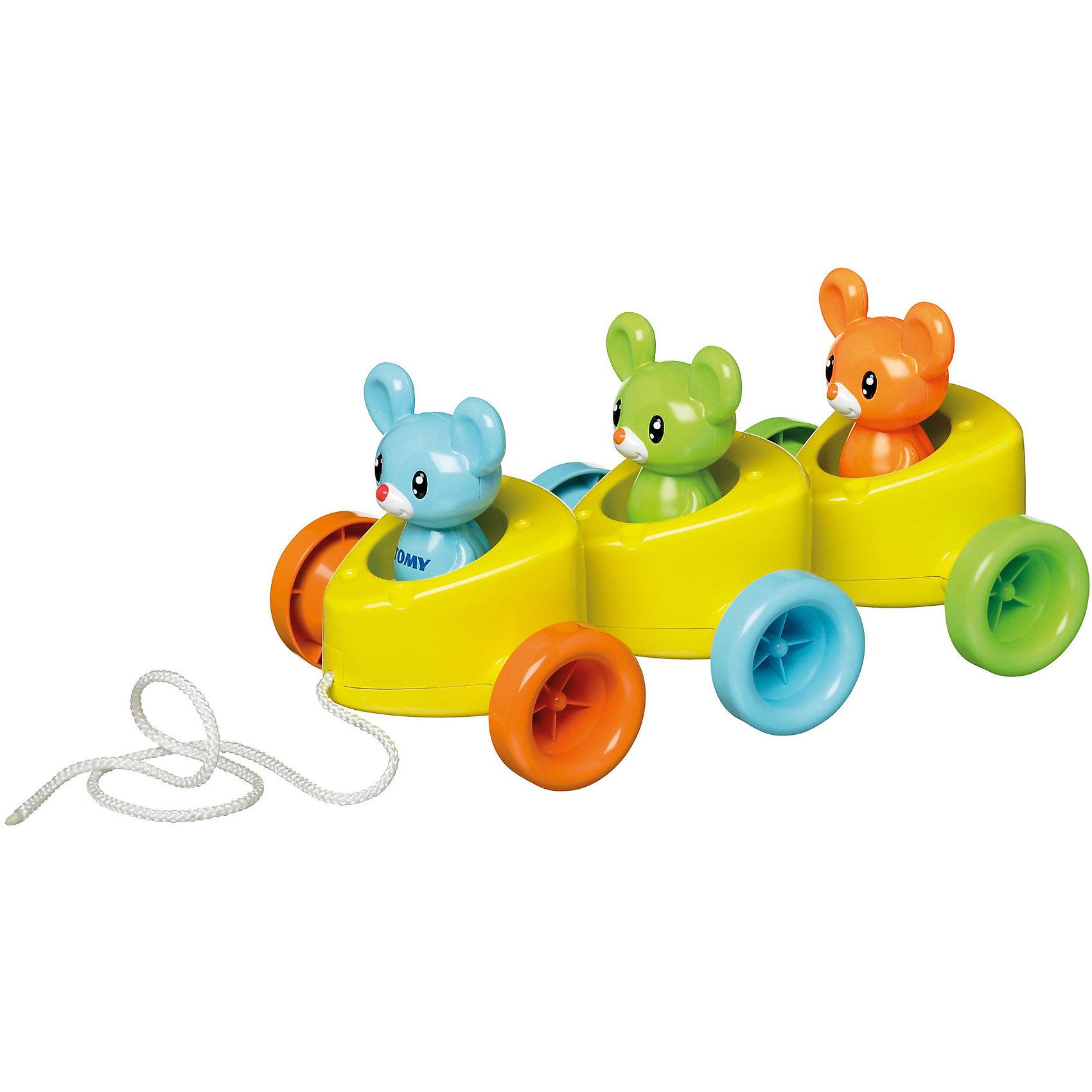 Игрушка Веселые мышата, TOMYИгрушка Веселые мышата, Tomy (Томи) - красочная развивающая игрушка, которая обязательно понравится Вашему малышу. Паровозик-каталка представляет собой три сцепленных с друг с другом вагончика в виде кусочков сыра, в которых сидят веселые мышата разных цветов. Фигурки мышат вынимаются, ими можно играть отдельно. Игрушку можно также использовать в качестве сортера, предложив ребенку усадить каждого мышонка в вагончик с соответствующим цветом колес. Каталка оснащена веревочкой, за которую ее удобно катать по полу. Игрушка округлой формы с крупными деталями, малышу будет удобно хватать ее своими ручками.<br><br>Дополнительная информация:<br><br>- В комплекте: 3 мышонка, каталка на веревочке. <br>- Материал: пластик.<br>- Размер упаковки: 15 х 30 х 18 см.<br>- Вес с упаковкой: 1 кг.<br><br>Игрушку Веселые мышата, Tomy (Томи) можно купить в нашем интернет-магазине.<br><br>Ширина мм: 199<br>Глубина мм: 311<br>Высота мм: 186<br>Вес г: 661<br>Возраст от месяцев: 18<br>Возраст до месяцев: 60<br>Пол: Унисекс<br>Возраст: Детский<br>SKU: 3232809