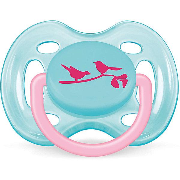 Пустышка Дизайн Птички для девочки , 0-6 месяцев, 1 шт., AVENT, голубойСиликоновые пустышки<br>Плоские симметричные соски пустышек Philips AVENT (Авент) каплевидной формы учитывают строение и естественное развитие неба, зубов и десен малыша и гарантируют комфорт, даже если пустышка переворачивается во рту.<br><br>Силиконовые соски пустышек Philips AVENT (Авент) не обладают вкусом и запахом, что делает их наиболее приемлемыми для малыша. Силикон — это мягкий и прозрачный материал, который не липнет и легко моется. Такая соска прочна и прослужит долго, не потеряв со временем форму и цвет.<br><br>Дополнительная информация:<br><br>Ортодонтическая, симметричная съемная соска<br>Можно стерилизовать<br>Можно мыть в посудомоечной машине<br>Предохранительное кольцо-держатель (Позволяет с легкостью вынуть пустышку Philips AVENT (Авент) в любой момент.)<br>Без запаха и вкуса<br>Без бисфенола-А<br><br>В комплекте:<br><br>Силиконовая соска: 1 шт.<br>Защелкивающийся защитный колпачок: 1 шт.<br><br>Ширина мм: 48<br>Глубина мм: 103<br>Высота мм: 115<br>Вес г: 728<br>Возраст от месяцев: 0<br>Возраст до месяцев: 6<br>Пол: Женский<br>Возраст: Детский<br>SKU: 3288985