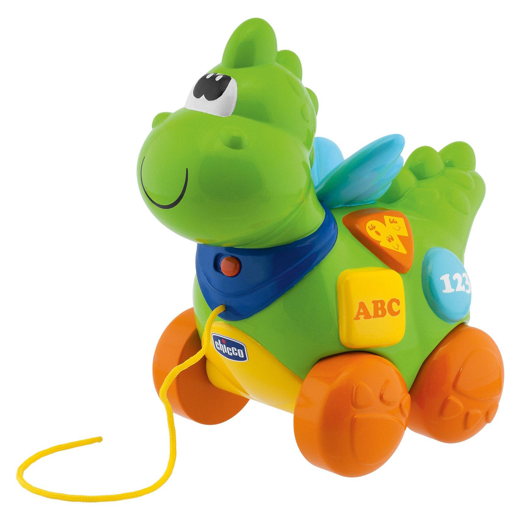 Говорящий дракон, ChiccoМягкие игрушки<br>Говорящий дракон, CHICCO - забавная развивающая игрушка-каталка, которая не оставит равнодушным ни одного маленького непоседу.<br><br>Этот симпатичный Дракон станет не только прекрасным компаньоном для малыша во время прогулки, но и поможет ребенку научиться первым несложным словам, названиям животных,  познакомить его с буквами и цифрами. А когда ребенок устанет, он сможет послушать веселые мелодии - их целых десять - либо отправиться с Дракончиком на прогулку (игрушка будет покачивать головой в такт шагов малыша)!<br>Обучение может проводиться как на русском, так и на английском языке. <br><br>Игрушка способствует развитию мелкой моторики, звукового и светового восприятия, речи. <br><br>Дополнительная информация:<br><br>- Материал: пластик. <br>- Питание: батарейки типа «АА» 1,5 V (не входят в комплект).<br><br>Игрушку Говорящий дракон, CHICCO можно купить в нашем интернет-магазине.<br><br>Ширина мм: 602<br>Глубина мм: 397<br>Высота мм: 236<br>Вес г: 961<br>Возраст от месяцев: 9<br>Возраст до месяцев: 36<br>Пол: Унисекс<br>Возраст: Детский<br>SKU: 3371908