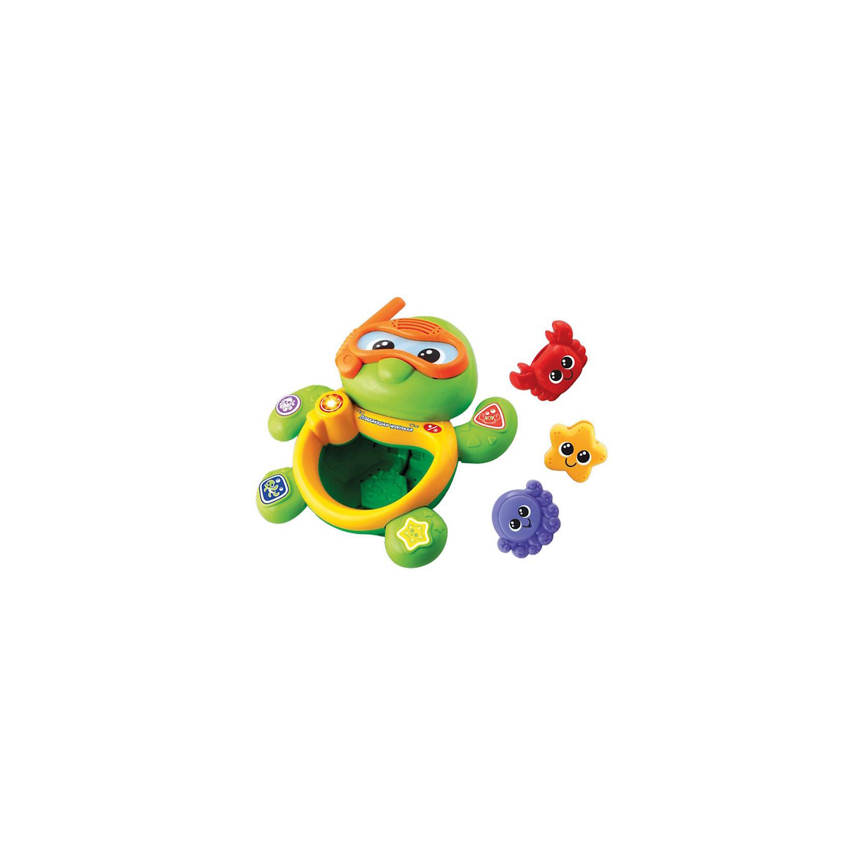 Игрушка для ванной Черепаха, VtechИнтерактивные игрушки для малышей<br>Игрушка для ванной Черепаха, Vtech (Втеч).<br><br>Характеристики:<br><br>• Для детей от 9 месяцев<br>• Комплектация: музыкальная черепаха, 3 фигурки морских животных<br>• 5 мелодий, множество звуков песенка из мультфильма «Крошка Енот»<br>• Материал: пластик<br>• Батарейки: 2 типа ААА (в комплекте демонстрационные)<br>• Упаковка: красочная подарочная коробка<br>• Размер упаковки: 30х25х12 см.<br><br>Плавающая черепаха от французской компании Vtech – восхитительная игрушка для ванны, с которой купание вашего малыша будет не только веселым, но и познавательным! <br><br>Нажимая на кнопочки, расположенные на лапках черепахи, ваш малыш выучит названия морских животных, цвета и геометрические фигуры. В набор также 3 фигурки морских животных (краб, звездочка и осьминог-брызгалка). Если фигурки поместить в живот черепахи, то можно услышать веселые звуки. <br><br>Черепашка является водонепроницаемой, опуская и вынимая её из воды, малыш услышит множество веселых мелодий и фраз. Игрушка изготовлена из прочного безопасного не бьющегося пластика. Продается в красочной коробке и идеально подходит в качестве подарка.<br><br>Игрушку для ванной Черепаха, Vtech (Втеч) можно купить в нашем интернет-магазине.<br><br>Ширина мм: 120<br>Глубина мм: 300<br>Высота мм: 240<br>Вес г: 1000<br>Возраст от месяцев: 12<br>Возраст до месяцев: 48<br>Пол: Унисекс<br>Возраст: Детский<br>SKU: 3380330