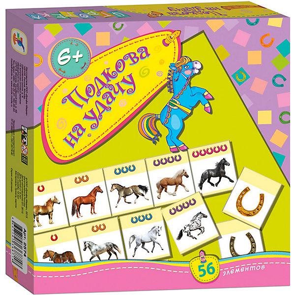 Игротека Подкова на удачу, Дрофа-МедиаПособия для обучения счёту<br>Игровой комплект Подкова на удачу состоит из 56 карточек одинакового размера 4х4 см из очень плотного картона. На 50 карточках - изображения лошадей и некоторого количества подков сверху, еще на 6 - только крупные изображения подков. <br>Предложены 4 варианта игр. <br>В игре Пары игроки ходят по очереди и ищут парные среди лежащих на столе картинками вниз карточек, открывая их по определенным правилам. Число очков подсчитывается по количеству маленьких подков наверху карточек с лошадьми. <br>В игре Цепочки игроки выкладывают на столе цепочки карточек так. чтобы количество подковок на них было больше или равно их количеству на уже выложенной карточке предыдущего игрока. <br>Игра Десяточки является разновидностью Цепочек, но суммарное количество подковок в цепочке не должно превышать 10. <br>А Больше-меньше - игра просто на удачу, когда игроки одновременно открывают верхние из своей стопки карточки (все карточки предварительно поделены поровну на стопки на столе) и подсчитывают количество выпавших при этом подков, соответственно которому и определяется победитель.<br><br>Дополнительная информация: <br><br>- Количество элементов: 56<br>- Количество игроков: 2-6<br>- Материал: бумага, картон<br>- Масса: 164 г<br>- Размеры: 200x190x28 мм<br><br>Игротеку Подкова на удачу, Дрофа-Медиа можно купить в нашем магазине.<br>Ширина мм: 190; Глубина мм: 200; Высота мм: 30; Вес г: 175; Возраст от месяцев: 72; Возраст до месяцев: 84; Пол: Унисекс; Возраст: Детский; SKU: 3381982;