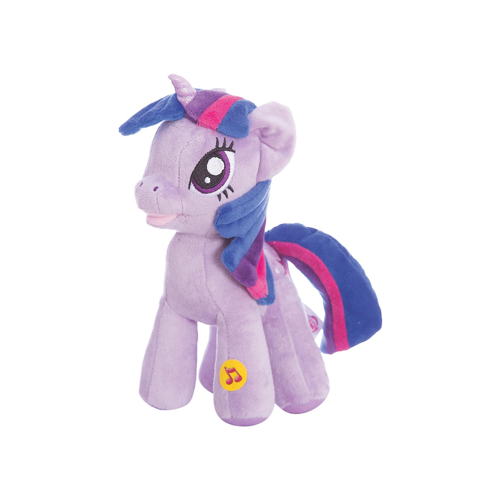 Мягкая игрушка Пони Искорка, со светом и звуком, My little Pony, МУЛЬТИ-ПУЛЬТИМягкая игрушка Мульти-Пульти пони Искорка из мультсериала My Little Pony станет замечательным подарком для Вашей девочки. Пони Искорка из волшебного королевства очень красива, у нее разноцветная грива и хвост, игрушка очень мягкая и приятная на ощупь. Если нажать ей на ножку, то она заговорит или будет петь песню из мультика, игрушка также обладает световым эффектом. <br><br>Дополнительная информация:<br><br>- Материал: текстиль, синтепон.<br>- Требуются батарейки: 3 * LR44 (входят в комплект).<br>- Размер: 23 см.<br>- Вес: 0,23 кг.<br><br>Мягкую игрушку Пони Искорка (My little Pony) от Мульти-Пульти можно купить в нашем магазине.<br><br>Ширина мм: 120<br>Глубина мм: 240<br>Высота мм: 340<br>Вес г: 292<br>Возраст от месяцев: 24<br>Возраст до месяцев: 1188<br>Пол: Унисекс<br>Возраст: Детский<br>SKU: 3384134
