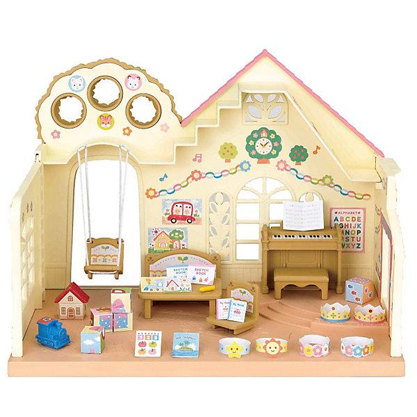 Набор Лесной детский сад, Sylvanian FamiliesSylvanian Families<br>Детский сад Sylvanian Families (Сильваниан Фэмелис) - это очень красивое и уютное здание. Здесь дети играют, занимаются и весело проводят время. В детском саду есть музыкальная комната, небольшая сцена, качели и место для занятий. Стены украшены картинками и резными окошками. В детском саду много игрушек, так что малышам не приходится скучать. Набор Sylvanian Families (Сильваниан Фэмелис) «Лесной детский сад» отлично подойдет для городка, в котором живет много малышей. Все они очень любят ходить в детский сад, ведь там они каждый день узнают что-то новое и интересное. В этом детском саду Sylvanian Families (Сильваниан Фэмелис) есть все необходимое и для занятий, и для веселых игр. Малыши с удовольствием проводят целый день в детском саду. <br><br>Дополнительная информация:<br><br>- В наборе: здание детского сада, пианино, скамейка, стол, стулья, игрушки, украшения на голову для праздников, книжки и тетрадки;<br>- Материал: пластик;<br>- Все детали гипоаллергенны и нетоксичны;<br>- Набор упакован в подарочную коробку;<br>- Фигурки продаются отдельно;<br>- Размер упаковки: 28,5 х 17,4 х 20,5 см;<br>- Вес: 641 г<br><br>Набор Лесной детский сад, Sylvanian Families (Сильваниан Фэмелис) можно купить в нашем интернет-магазине.<br>Ширина мм: 286; Глубина мм: 177; Высота мм: 208; Вес г: 656; Возраст от месяцев: 36; Возраст до месяцев: 72; Пол: Женский; Возраст: Детский; SKU: 3549208;
