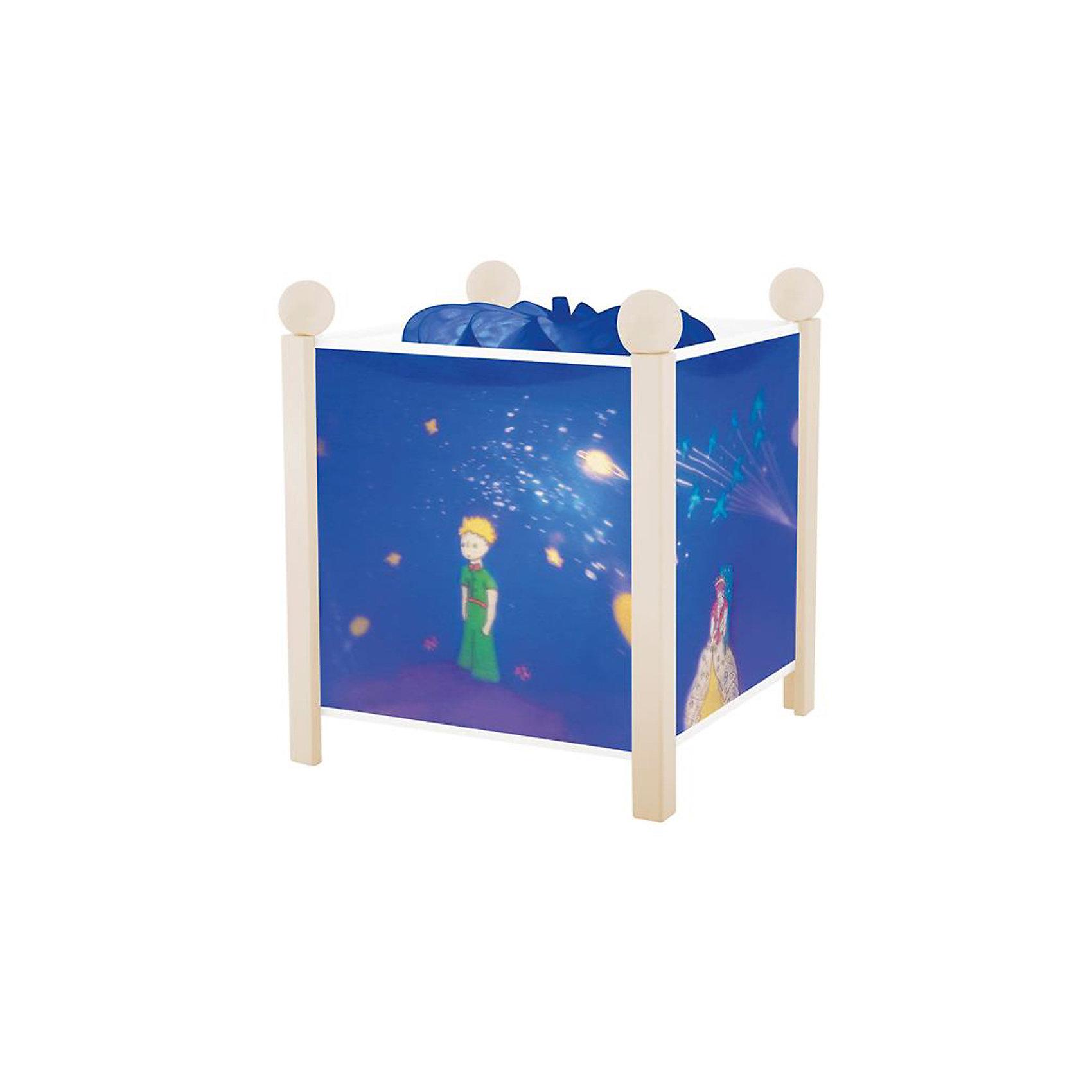 Светильник-ночник Маленький принц, 12V, TrousselierЛампы, ночники, фонарики<br>Классический Светильник-ночник в форме куба, серия Маленький принц, 12V, Trousselier (Трусалье) с вращающейся картинкой внутри, поможет малышу заснуть и создаст уютную атмосферу в детской. <br><br>У детского светильника Трусалье две функции, одна из которых заключается в мягком освещении комнаты. При этом распространяемый нагретой лампой свет заставляет вращаться цилиндр. Вращение цилиндра в свою очередь вызывает подвижность нарисованных забавных картинок. В результате на корпусе ночника начинают меняться яркие веселые картинки. Серию Маленький принц отличают изысканные бело-голубые тона и изображения известных литературных героев Экзюпери - такой ночник идеально впишется в интерьер любой детской комнаты. Ночник упакован в праздничную коробку, что дает возможность преподнести его в качестве подарка на праздник.<br><br>Дополнительная информация:<br><br>-Материалы: металл, дерево, жароустойчивый пластик<br>-Размер: 16,5x16,5x19 см<br><br>Оригинальный светильник создаст по-настоящему сказочную атмосферу в детской, и позволит крохе быстро успокоиться и спокойно заснуть.<br><br>Светильник-ночник в форме куба, серия Маленький принц, 12V, Trousselier (Трусалье) можно купит в нашем магазине.<br><br>Ширина мм: 161<br>Глубина мм: 161<br>Высота мм: 190<br>Вес г: 912<br>Возраст от месяцев: 36<br>Возраст до месяцев: 144<br>Пол: Унисекс<br>Возраст: Детский<br>SKU: 3620645