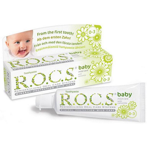 Зубная паста для малышей Душистая ромашка, R.O.C.S., 45 гДетская зубная паста<br>Уникальная зубная паста для малышей Душистая ромашка R.O.C.S. (РОКС) предназначена для ухода за зубами малышей, начиная с самого раннего возраста. Природные компоненты – экстракт ромашки лекарственной и альгинат, вырабатываемый из морских водорослей, обеспечивают выраженное противовоспалительное действие. Благодаря высокой концентрации ксилита обеспечивает высокую степень защиты от кариеса, а также обладает свойствами пребиотика, нормализуя состав микрофлоры полости рта, что является особенно важным свойством при дисбактериозах кишечника и молочницах полости рта.<br><br>Дополнительная информация:<br><br>- Укрепляет зубы;<br>- Защищает от кариеса;<br>- Защищает десну от воспаления;<br>- Способствует нормализации микробного баланса в полости рта;<br>- Благодаря противомикробным свойствам экстрактов данный продукт не требует применения сильных консервантов и особых условий хранения;<br>- Гипоаллергенна;<br>- Безопасна при проглатывании;<br>- Не содержит: фтора, парабенов, лаурилсульфата натрия, красителей, антисептиков и отдушки;<br>- Вес: 45 г<br><br>Зубную пасту для малышей Душистая ромашка, R.O.C.S. (РОКС), 45 г можно купить в нашем интернет-магазине.<br>Ширина мм: 37; Глубина мм: 132; Высота мм: 32; Вес г: 45; Возраст от месяцев: 0; Возраст до месяцев: 36; Пол: Унисекс; Возраст: Детский; SKU: 3663450;