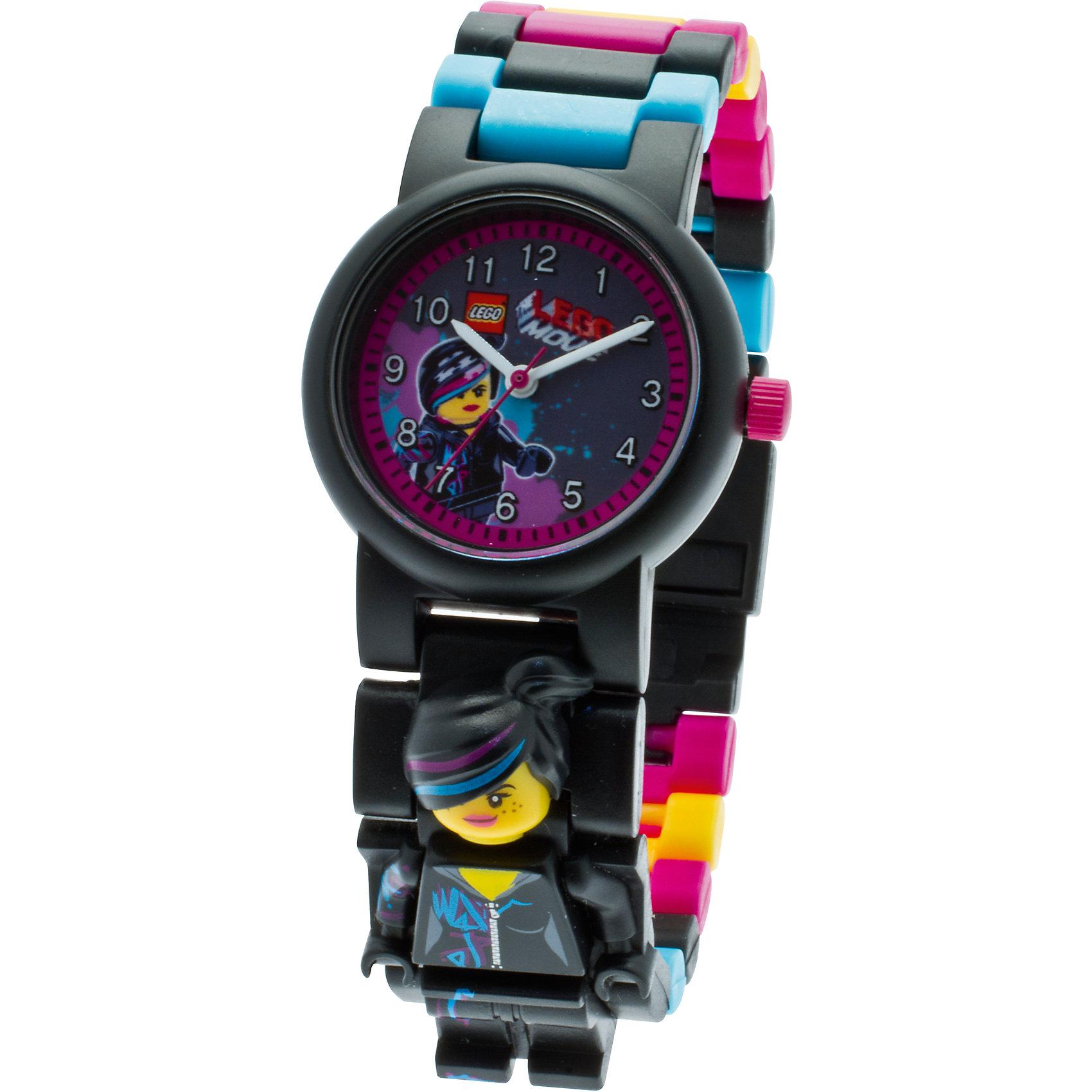 Часы наручные с минифигурой Lucy, LEGO MovieАксессуары<br>Часы наручные с минифигурой Lucy, LEGO Movie (ЛЕГО Муви) - это то, чем можно удивить и заинтересовать вашу дочку.<br>Наручные аналоговые часы LEGO имеют высококачественный японский кварцевый механизм и отличаются надежностью и точностью хода. Они способны выдержать статическое давление 50-метрового водяного столба (5 атмосфер). Такая водонепроницаемость позволяет работать с водой в часах. Нельзя использовать для ныряния, прыжков в воду, виндсерфинга и т.п. <br>Линза часов имеет высокую устойчивость к царапинам, поэтому их может носить даже самый неугомонный и неаккуратный мальчишка. Пластиковые браслеты имеют прочный механизм сцепления, а сменные секции позволяют удлинить или укоротить браслет. Часы дополнены фигуркой Люси – подружкой Эммета, главного героя мультфильма LEGO Movie. В составе часов не содержится никеля и ПВХ. Фирменные наручные часы от компании LEGO станут замечательным подарком любому любителю и фанату конструкторов.<br><br>Дополнительная информация:<br><br>- В комплект входит: часы, сменный ремешок, съемная минифигура, инструкция<br>- Диаметр циферблата наручных часов: 2,5 см.<br>- Длина ремешка наручных часов (с учетом корпуса): 21 см.<br>- Ширина ремешка: 2 см.<br>- Количество деталей: 24<br>- Материал: пластик, металл, стекло<br>- Размер упаковки: 8,0 х 2,0 х 16,5 см.<br>- Вес: 0,05 кг.<br>- Для работы требуется 1 батарейка SR626SW, входит в комплект<br>- Изготовитель: Китай<br>- Рекомендуемый возраст: от 6 лет<br><br>Часы наручные с минифигурой Lucy, LEGO Movie (ЛЕГО Муви) можно купить в нашем интернет-магазине.<br><br>Ширина мм: 80<br>Глубина мм: 165<br>Высота мм: 20<br>Вес г: 100<br>Возраст от месяцев: 36<br>Возраст до месяцев: 84<br>Пол: Женский<br>Возраст: Детский<br>SKU: 3667791