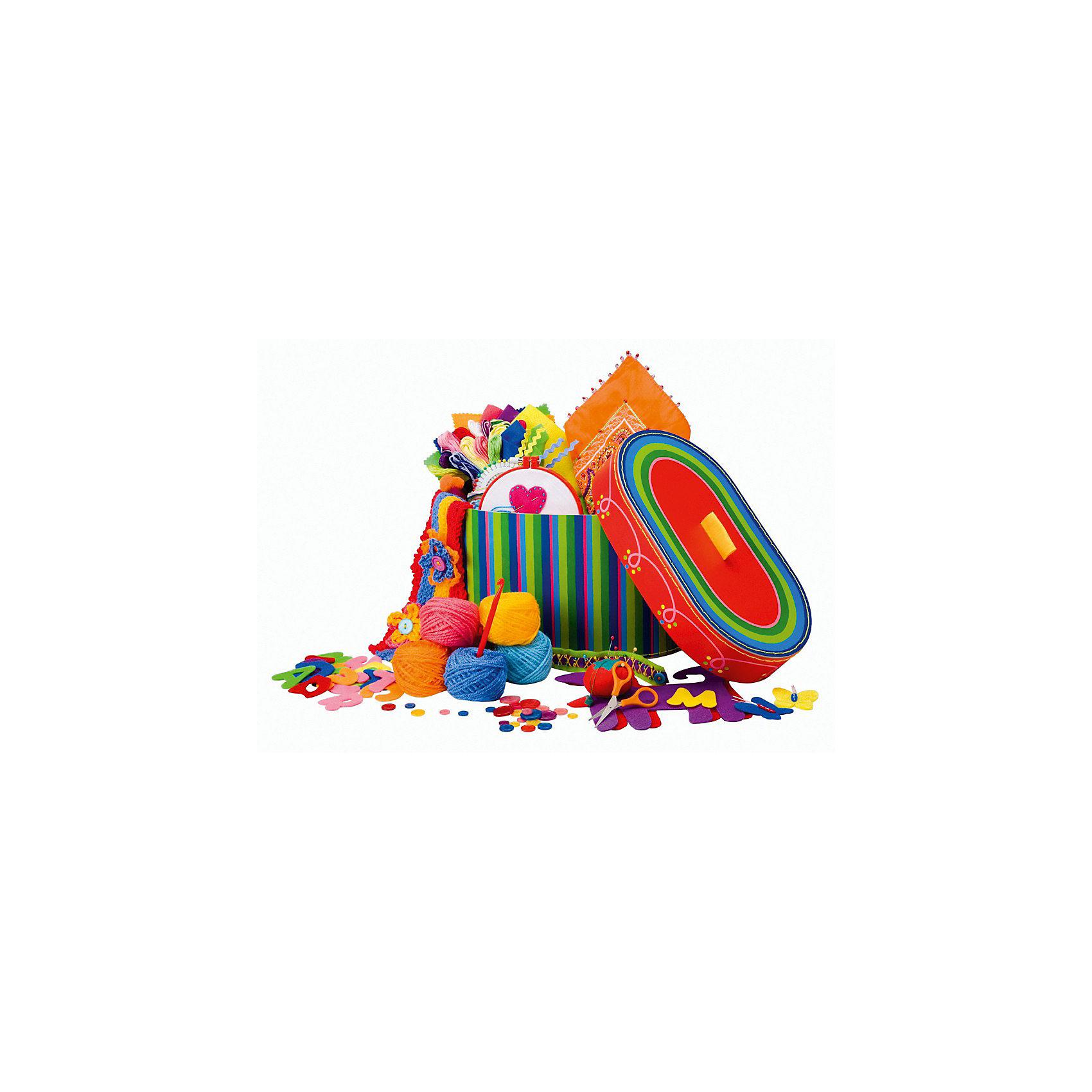 Большой набор для рукоделия 3 в 1 Вышивание, шитье, вязание крючком в кейсе, ALEXШерсть<br>С этим большим набором девочки смогут постичь азы рукоделия и увлечься вязанием и вышиванием. <br>В комплекте - все, чтобы создать 9 разных изделий - игрушку-собачку, кошелек, брошь из фетра, бандану, украшенную вышивкой, вышитую картинку в рамке, повязку на голову, браслеты и шарф. <br>Упакован в красочный саквояж с ручкой.<br> От 8 лет<br><br>Ширина мм: 304<br>Глубина мм: 178<br>Высота мм: 178<br>Вес г: 700<br>Возраст от месяцев: 72<br>Возраст до месяцев: 168<br>Пол: Женский<br>Возраст: Детский<br>SKU: 3714636