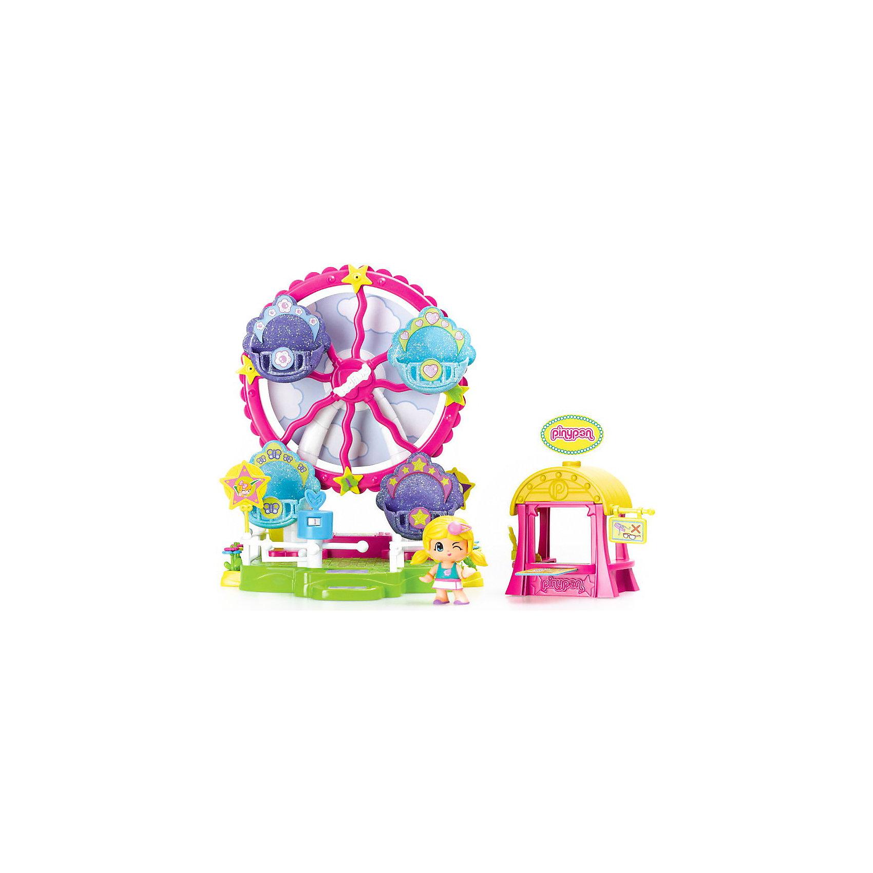 Игровой набор Пинипон - колесо обозрения, FamosaБренды кукол<br>Игровой набор Пинипон - колесо обозрения, Famosa (Фамоса).<br><br>Характеристики:<br><br>- В наборе: колесо обозрения, 1 кукла Пинипон, билетная касса, турникет, аксессуары<br>- Высота куклы: 7 см.<br>- Материал: высококачественная пластмасса<br>- Упаковка: картонная коробка<br>- Размер упаковки: 35,5х10х30 см.<br>- Игрушка предназначена для детей старше 4 лет<br><br>Игровой набор Колесо обозрения Пинипон испанского бренда Famosa (Фамоса) – это замечательный игровой набор для девочек, которым уже успели полюбиться очаровательные малютки Пинипон! Крутящееся колесо обозрения имеет четыре кабинки с открывающимися дверцами, куда можно посадить куколок и покатать их на чудо – колесе. Есть даже билетная касса и вертящийся турникет, который не позволит пройти безбилетникам! На обратной стороне аттракциона установлена игра Колесо фортуны. Игровой набор Колесо обозрения Пинипон позволит создать миниатюрный парк развлечений и обеспечит вашей девочке массу удовольствия во время увлекательного игрового процесса! Набор изготовлен из высококачественной пластмассы, которая совершенно безопасна для детского здоровья.<br><br>Игровой набор Пинипон - колесо обозрения, Famosa (Фамоса) можно купить в нашем интернет-магазине.<br><br>Ширина мм: 301<br>Глубина мм: 339<br>Высота мм: 111<br>Вес г: 941<br>Возраст от месяцев: 48<br>Возраст до месяцев: 72<br>Пол: Унисекс<br>Возраст: Детский<br>SKU: 3736091