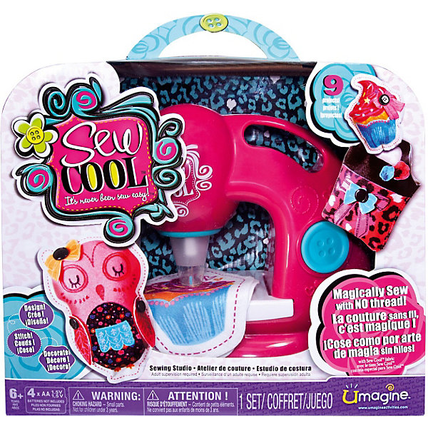 Швейная машинка, Sew CoolНаборы для шитья игрушек<br>Швейная машинка Sew Cool, Spin Master (Спин Мастер) станет замечательным подарком для юной рукодельницы. С помощью этой машинки она быстро научится шить и моделировать различные поделки, аксессуары и игрушки.<br><br>Машинка шьет без ниток, «пробивая» ткань. Для использования машинки подходит только ткань из наборов Sew Cool.Маленькой рукодельнице не нужно управляться со шпульками и катушками, завязывать и распутывать узлы. Достаточно лишь нажать кнопку – и машинка Сью Кул быстро пробивает иголками ткань, надежно скрепляя ее волокна.<br><br>Особенность машинки Sew Cool в том, что она полностью безопасна для детей, рабочая игла спрятана в специальном прозрачном футляре, отсутствуют режущие или колющие детали. Чтобы начать работу достаточно лишь разложить ткань на рабочей поверхности машинки и нажать на большую кнопочку на корпусе. В процессе работы игла машинки много раз пронизывает ткань, надежно скрепляя ее между собой.<br><br>В комплект также входят детали для создания первых поделок: выкройки, кусочки ткани для создания игрушек, тканевые аппликации и  многое другое. Легко освоив с помощью машинки простые поделки, девочка сможет создавать свои оригинальные модели сумочек, кошельков, мягких игрушек и многое другое. Детская швейная машинка Sew Cool способствует развитию у ребенка координации, глазомера, моторики пальцев и воображения.<br><br>Дополнительная информация:<br><br>- В комплекте: швейная машинка, 8 кусочков ткани 19,5 х 14 см., заготовки ткани для 3 игрушек, 3 бумажные выкройки,  лента, 14 маленьких тканевых аппликаций (цветочки), 8   пуговиц, ватин для наполнения игрушек, инструкция.<br>- Материал: высококачественная пластмасса, металл, текстиль.<br>- Требуются батарейки: 4 x AA / LR06 1.5V (пальчиковые) (не входят в комплект).<br>- Размер: 34 х 29 х 12 см.<br>- Вес: 1,2 кг.<br><br>Швейную машинку Sew Cool, Spin Master (Спинмастер) можно купить в нашем интернет-магазине.<br><br>Ширина мм: 340<br>Глубина 