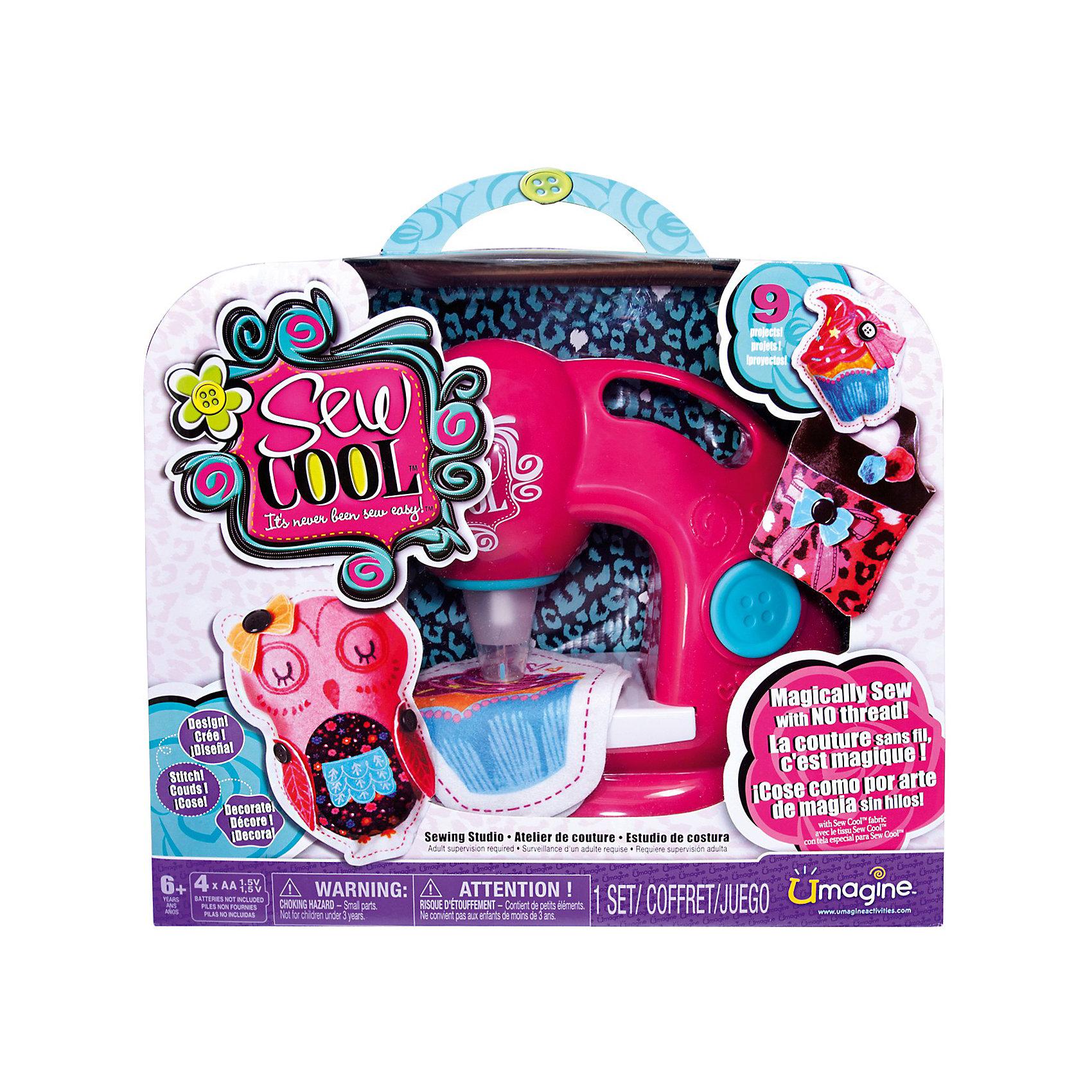 Швейная машинка, Sew CoolШитьё<br>Швейная машинка Sew Cool, Spin Master (Спин Мастер) станет замечательным подарком для юной рукодельницы. С помощью этой машинки она быстро научится шить и моделировать различные поделки, аксессуары и игрушки.<br><br>Машинка шьет без ниток, «пробивая» ткань. Для использования машинки подходит только ткань из наборов Sew Cool.Маленькой рукодельнице не нужно управляться со шпульками и катушками, завязывать и распутывать узлы. Достаточно лишь нажать кнопку – и машинка Сью Кул быстро пробивает иголками ткань, надежно скрепляя ее волокна.<br><br>Особенность машинки Sew Cool в том, что она полностью безопасна для детей, рабочая игла спрятана в специальном прозрачном футляре, отсутствуют режущие или колющие детали. Чтобы начать работу достаточно лишь разложить ткань на рабочей поверхности машинки и нажать на большую кнопочку на корпусе. В процессе работы игла машинки много раз пронизывает ткань, надежно скрепляя ее между собой.<br><br>В комплект также входят детали для создания первых поделок: выкройки, кусочки ткани для создания игрушек, тканевые аппликации и  многое другое. Легко освоив с помощью машинки простые поделки, девочка сможет создавать свои оригинальные модели сумочек, кошельков, мягких игрушек и многое другое. Детская швейная машинка Sew Cool способствует развитию у ребенка координации, глазомера, моторики пальцев и воображения.<br><br>Дополнительная информация:<br><br>- В комплекте: швейная машинка, 8 кусочков ткани 19,5 х 14 см., заготовки ткани для 3 игрушек, 3 бумажные выкройки,  лента, 14 маленьких тканевых аппликаций (цветочки), 8   пуговиц, ватин для наполнения игрушек, инструкция.<br>- Материал: высококачественная пластмасса, металл, текстиль.<br>- Требуются батарейки: 4 x AA / LR06 1.5V (пальчиковые) (не входят в комплект).<br>- Размер: 34 х 29 х 12 см.<br>- Вес: 1,2 кг.<br><br>Швейную машинку Sew Cool, Spin Master (Спинмастер) можно купить в нашем интернет-магазине.<br><br>Ширина мм: 340<br>Глубина мм: 280<br>Высота м