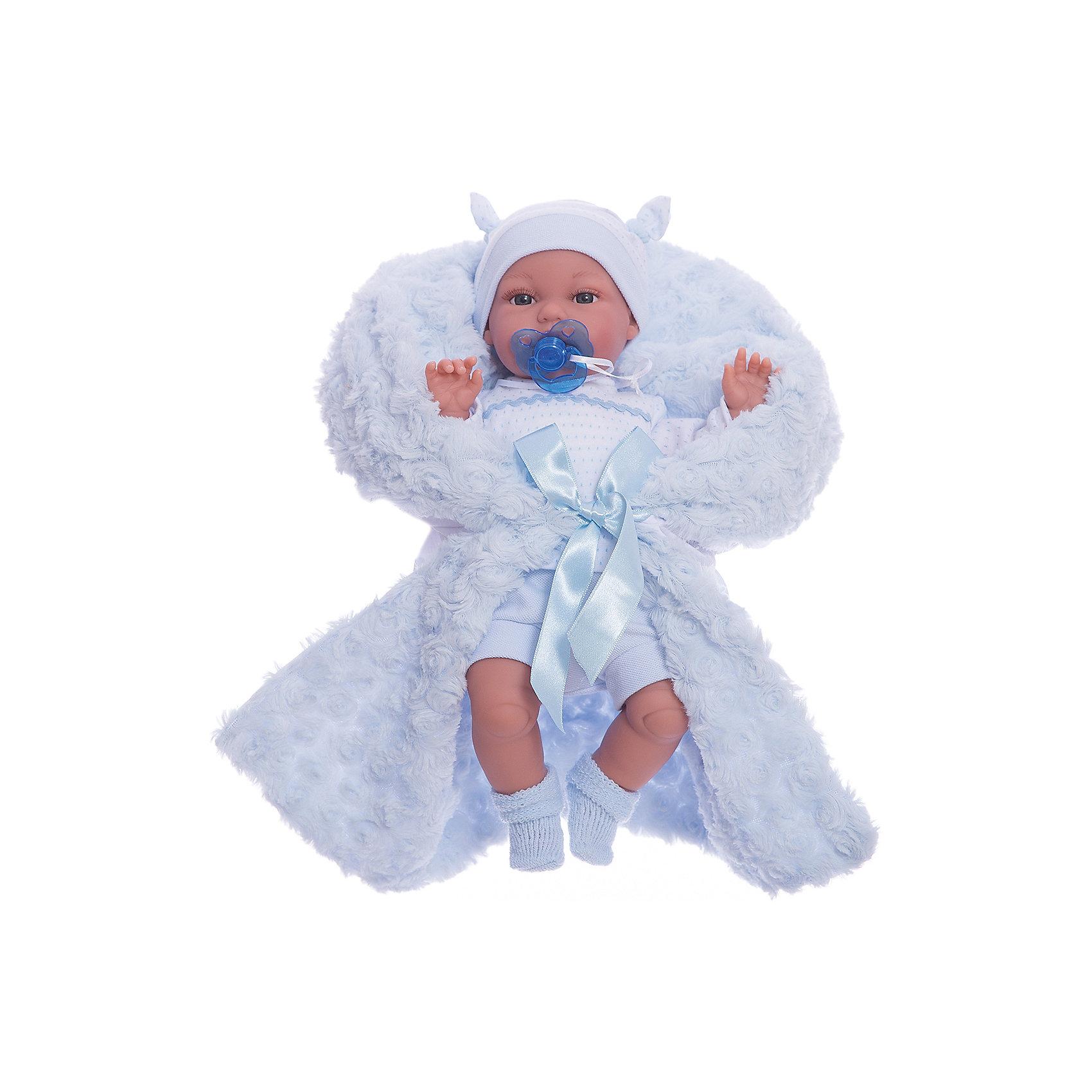 Кукла Бимбо в голубом,  37 см, Munecas Antonio JuanКукла Бимбо в голубом,  37 см, JUAN ANTONIO munecas (ХУАН АНТОНИО мунекас) – это качественные игрушки из Испании, популярные во всем мире.<br>Кукла Бимбо – это чудесный малыш, Вы влюбитесь в него с первого взгляда, стоит лишь посмотреть в его голубые глазки. Бимбо одет в теплый комбинезон, вязаную кофточку с помпончиками, вязаную шапочку с ушками и теплые носочки. «Маленькая мама» без опаски может брать малыша на прогулку. О Бимбо надо заботиться, потому что она плачет, если ей вовремя не дать соску. Тельце у куклы мягко-набивное, голова, ручки и ножки сделаны из мягкого качественного винила. Ручки и ножки подвижны. Образы малышей Мунекас разработаны известными европейскими дизайнерами. Они натуралистичны, анатомически точно копируют настоящих младенцев. Макеты кукол слеплены вручную, поэтому у каждой из моделей индивидуальные черты лица, которые вместе с нарядом и аксессуарами составляют уникальный и неповторимый образ.<br><br>Дополнительная информация:<br><br>- В комплекте: кукла, соска<br>- Интерактивные функции куклы: выньте соску - кукла заплачет, вставьте соску в ротик - кукла замолчит<br>- Глаза куклы не закрываются<br>- Высоты куклы: 37 см.<br>- Работает от 3-х батареек LR44 (таблетки) (батарейки входят в комплект)<br>- После покупки игрушки перед игрой куклу необходимо активировать, вынув защитную полоску из механизма с батарейками<br><br>Куклу Бимбо в голубом,  37 см, JUAN ANTONIO munecas (ХУАН АНТОНИО мунекас) можно купить в нашем интернет-магазине.<br><br>Ширина мм: 240<br>Глубина мм: 115<br>Высота мм: 440<br>Вес г: 1067<br>Возраст от месяцев: 36<br>Возраст до месяцев: 72<br>Пол: Женский<br>Возраст: Детский<br>SKU: 3763695