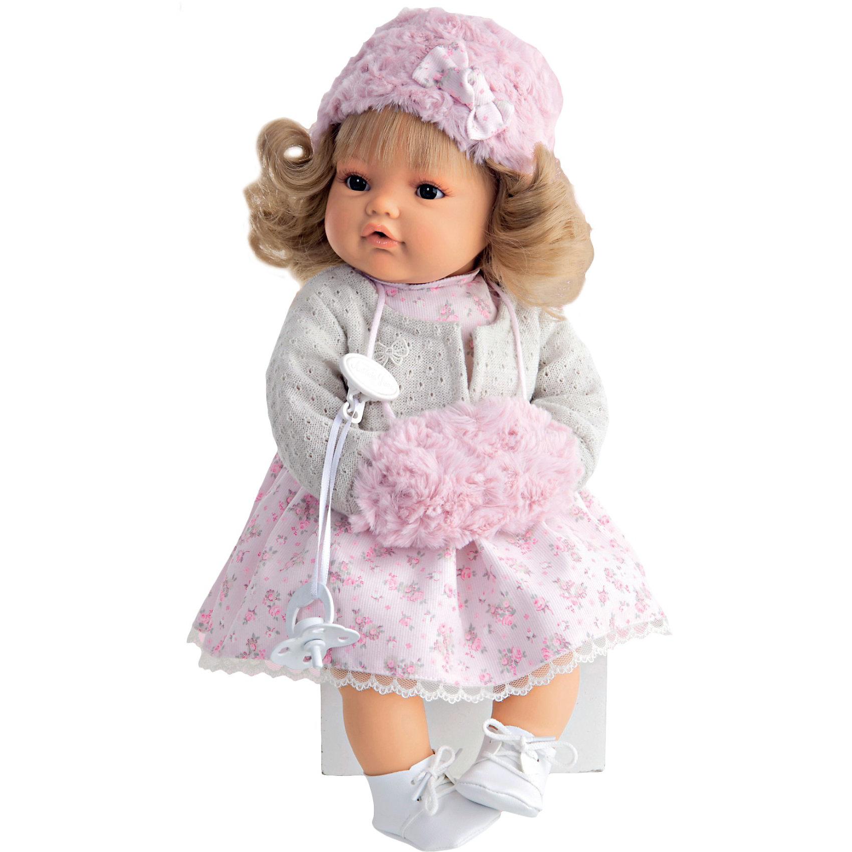 Кукла Белла в белом,  42 см, Munecas Antonio JuanКукла Белла в белом,  42 см, JUAN ANTONIO munecas (ХУАН АНТОНИО мунекас) – это качественные игрушки из Испании, популярные во всем мире.<br>Кукла Белла со светлыми волосами такая милая и очаровательная, что не оставит равнодушным ни ребенка, ни даже взрослого. Кукла Белла одета в пестрое платье, кофточку в руках у нее манто. На голове у куклы теплая шапочка. «Маленькая мама» без опаски может брать малышку на прогулку. О Белле надо заботиться, потому что она плачет, если ей вовремя не дать соску. Тельце у куклы мягко-набивное, голова, ручки и ножки сделаны из мягкого качественного винила. Ручки и ножки подвижны. Образы малышей Мунекас разработаны известными европейскими дизайнерами. Они натуралистичны, анатомически точны, копируют настоящих младенцев. Макеты кукол слеплены вручную, поэтому у каждой из моделей индивидуальные черты лица, которые вместе с нарядом и аксессуарами составляют уникальный и неповторимый образ.<br><br>Дополнительная информация:<br><br>- В комплекте: кукла, соска<br>- Интерактивные функции куклы: выньте соску - кукла заплачет, вставьте соску в ротик - кукла замолчит<br>- Глаза куклы не закрываются<br>- Высоты куклы: 42 см.<br>-- Работает от 3-х батареек LR44 (таблетки) (батарейки входят в комплект)<br>- После покупки игрушки перед игрой куклу необходимо активировать, вынув защитную полоску из механизма с батарейками<br><br>Куклу Белла в белом,  42 см, JUAN ANTONIO munecas (ХУАН АНТОНИО мунекас) можно купить в нашем интернет-магазине.<br><br>Ширина мм: 150<br>Глубина мм: 305<br>Высота мм: 420<br>Вес г: 2100<br>Возраст от месяцев: 36<br>Возраст до месяцев: 72<br>Пол: Женский<br>Возраст: Детский<br>SKU: 3763711