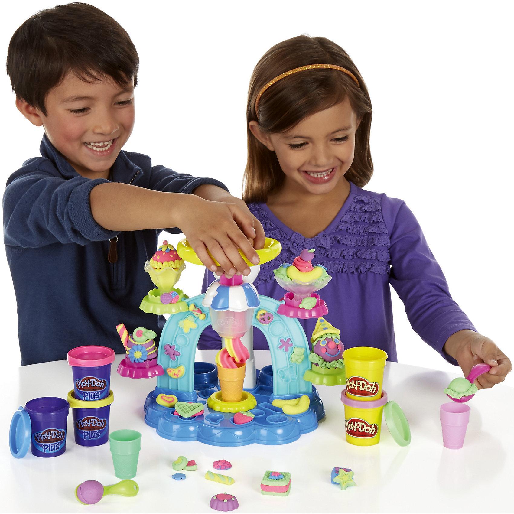 Игровой набор Фабрика мороженого, Play-DohИдеи подарков<br>Игровой набор Фабрика мороженого, Play-Doh (Плей До) - замечательный набор для игр и творчества, который не оставит равнодушным Вашего ребенка. Теперь он сможет придумать и вылепить множество видов оригинального красочного мороженого. Большое разнообразие формочек и аксессуаров, входящих в набор, открывают безграничный простор для фантазии: можно приготовить шоколадное эскимо или банановый сплит, клубничное или ежевичное мороженое. Чтобы начать веселую игру нужно лишь поместить пластилин в специальный отсек установки для мороженного, после чего опустить ручку-пресс и несильно надавить на нее. Выложите свое мороженое в рожок или креманку и посыпьте его конфетами или другими сладостями. <br><br>Помимо мороженого игровой аппарат позволяет делать небольшие кексики или украшения в виде ягод, конфет, фруктов и крендельков, которые нужно будет выдавливать в формочках, размещенных по всему корпусу игрушки. Пластилин Play-Doh (Плей До) не липнет к рукам и поверхностям, легко собирается обратно в банку и быстро застывает. Чтобы пластилин стал снова мягким, его достаточно смочить водой, он приготовлен на растительной основе и полностью безопасен для детей.<br><br>Дополнительная информация:<br><br>- В комплекте: установка для создания мороженного (в разобранном виде), 2 совочка-ложечки, 2 блюдечка-креманки, 3 стаканчика, 5 баночек пластилина (2 - Play-Doh, 3 - Play-Doh  PLUS - сверхпластичного пластилина).<br>- Материал: пластик, пластилин.<br>- Размер упаковки: 30,5 х 7,9 х 22,9 см.<br>- Вес: 196 гр.<br><br>Игровой набор Фабрика мороженого, Play-Doh (Плей-До), можно купить в нашем интернет-магазине.<br><br>Ширина мм: 312<br>Глубина мм: 229<br>Высота мм: 88<br>Вес г: 769<br>Возраст от месяцев: 36<br>Возраст до месяцев: 72<br>Пол: Унисекс<br>Возраст: Детский<br>SKU: 3795546