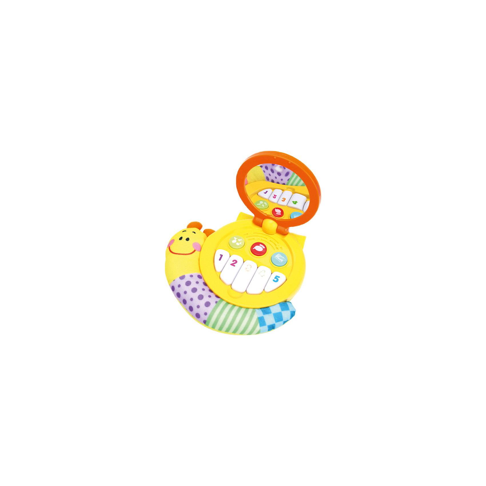 Обучающая улитка с волшебным зеркалом, со светом и звуком, Лунтик и его друзья, УмкаИгрушки<br>Обучающая улитка с волшебным зеркалом, со светом и звуком, Лунтик и его друзья, Умка – это увлекательный, развивающий игрушка для малыша.<br>Игрушка Обучающая улитка с волшебным зеркалом обязательно привлечет внимание ребенка. Она выполнена из пластика и текстильного материала ярких цветов. В мягком туловище улитки спрятан шуршащий элемент. Ракушка открывается. В верхней части расположено безопасное зеркальце. На нижней части малыш найдет пять пронумерованных клавиш и три круглые кнопочки. Цифры на кнопках от одного до пяти разных цветов.  При нажатии на одну из кнопок малыш сможет прослушать небольшие отрезки из пяти песен. Если нажать на вторую кнопку, то ребенок познакомится с голосами пчелки, птички, уточки, лягушки, бабочки. Стоит нажать на третью кнопку, и ребенок прослушает стишки о них. Во время воспроизведения песенки или стихотворения о животном или насекомом его изображение появляется на зеркальце. С помощью специальных текстильных ремней с липучками улитку можно закрепить на кроватке малыша или другом удобном месте. Обучающая игрушка Улитка поможет малышу развить зрительное и слуховое восприятия, мышление, память, мелкую моторику рук, а также познакомит с цветами и цифрами.<br><br>Дополнительная информация:<br><br>- Песенки: Песенка мышонка (Какой чудесный день); Песня про улыбку из мультфильма Крошка Енот; Облака, белогривые лошадки; В траве сидел кузнечик; Песенка про лето из мультфильма Дед Мороз и лето<br>- Материалы: высококачественный пластик, текстиль<br>- Размер: 21х20х6,5 см.<br>- Батарейки: три батарейки 1,5V АА в комплекте<br><br>Обучающую улитку с волшебным зеркалом, со светом и звуком, Лунтик и его друзья, Умка можно купить в нашем интернет-магазине.<br><br>Ширина мм: 290<br>Глубина мм: 230<br>Высота мм: 70<br>Вес г: 580<br>Возраст от месяцев: 12<br>Возраст до месяцев: 60<br>Пол: Унисекс<br>Возраст: Детский<br>SKU: 3804917