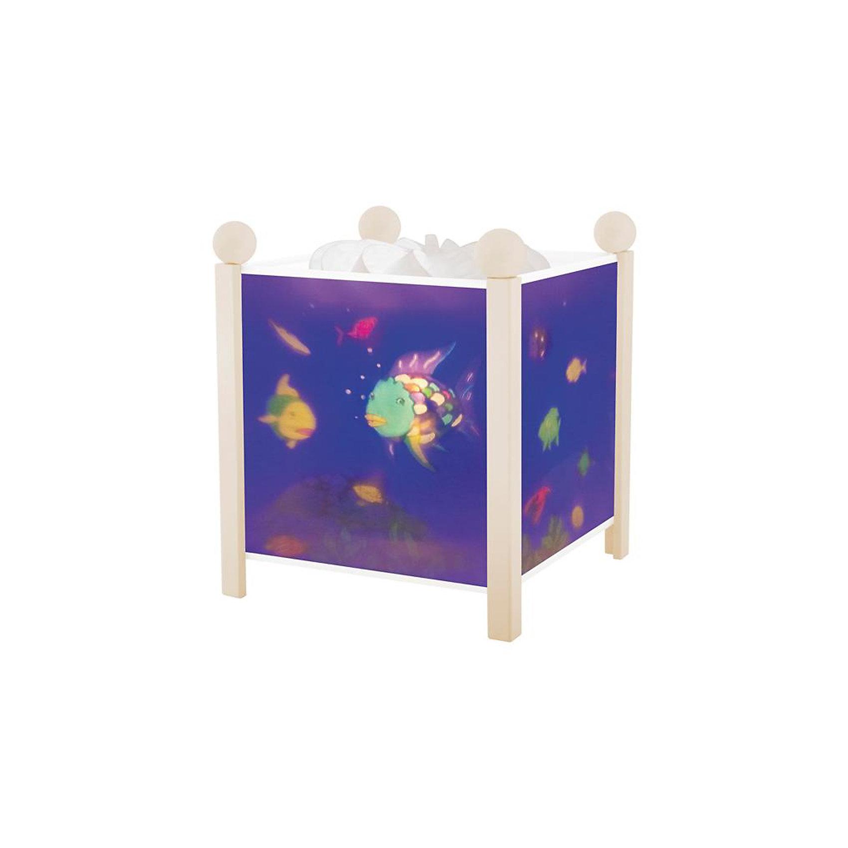 Светильник-ночник Аквариум, 12V, TrousselierНочники и проекторы<br>Светильник-ночник Аквариум, 12V, Trousselier сделан в виде симпатичной игрушки, которая делает приятным и уютным погружение в сладкий мир сновидений.<br><br>Он светится нежным мягким светом, не раздражающим глазки даже ночью. Внутрь светильника встроен специальный механизм, вращающий цилиндр ночника от тепла лампочки.  Ночник упакован в праздничную коробку, что дает возможность преподнести его в качестве подарка на праздник.<br><br>Дополнительная информация:<br><br>- Цилиндр ночника вращается благодаря  системе нагрева от лампочки 12 V 20 W, розетка E 14.C. <br>- Размер: 16,50 см x 19 см. <br>- Материал: металлический корпус, деревянные ножки и углы, пластиковый, жароустойчивый цилиндр.<br>- Вес: 1037 г<br>- Поставляется в подарочной упаковке.<br>Соответствует нормам безопасности: CE EN 60598-2-10<br><br>Светильник-ночник Аквариум, 12V, Trousselier можно купить в нашем магазине.<br><br>Ширина мм: 160<br>Глубина мм: 160<br>Высота мм: 190<br>Вес г: 1037<br>Возраст от месяцев: 36<br>Возраст до месяцев: 144<br>Пол: Унисекс<br>Возраст: Детский<br>SKU: 3807749