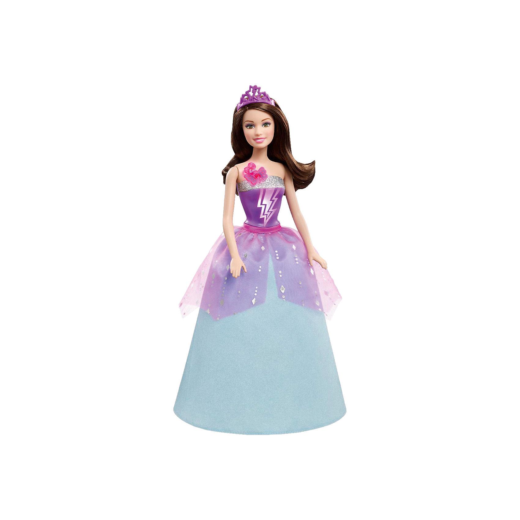 Супер-принцесса Корин, BarbieВ фильме «Барби Супер Принцесса» современную принцессу поцеловала волшебная бабочка, одарив ее суперспособностями. Удастся ли ей вместе с суперподругами защитить королевство от врага? Корин — двоюродная сестра Кары, которая также получила суперспособности благодаря поцелую волшебной бабочки! Эта бесподобная кукла с секретом воспроизводит сцену превращения. Если нажать на блестящую бабочку у нее на плече, раздастся звук поцелуя и волшебная музыка, а топ куклы засияет цветными молниями.<br>В роскошном фиолетово-синем платье с пышной юбкой и мерцающей<br>накидкой она выглядит как настоящая принцесса. Перевоплощайся вместе с Корин, проигрывай сцены из любимого мультфильма или придумывай свои новые приключения!<br>Ноги и руки супер-принцессы Корин подвижны и сгибаются в нескольких положениях. Кукла установлена на специальную подставку и самомтоятельно без нее стоять не может.<br><br>Дополнительная информация:<br><br>- Материал: пластик, текстиль.<br>- Размер куклы: 29 см.<br>- Голова, руки, ноги подвижные.<br>- Комплектация: кукла, одежда, диадема.<br>- Элемент питания:  3 батарейки типа AG13 ( в комплекте ).<br><br>Супер-принцессу Корин, Barbie (Барби) можно купить в нашем магазине.<br><br>Ширина мм: 328<br>Глубина мм: 248<br>Высота мм: 63<br>Вес г: 305<br>Возраст от месяцев: 36<br>Возраст до месяцев: 72<br>Пол: Женский<br>Возраст: Детский<br>SKU: 3858567