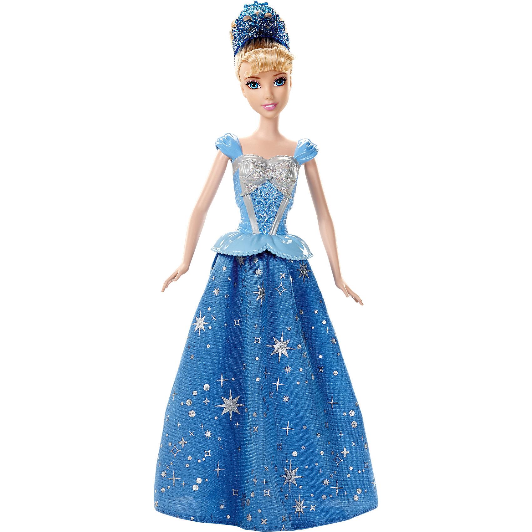 Кукла Золушка, с развевающейся юбкой, Disney PrincessПрекрасная золушка станцует тебе свое волшебный танец! Посмотри, как красиво развивается ее платье! Секрет в том, что в ногах у куколки располагаются маленькие колесики, которые приводят в действие механизм, который раскручивает юбку. Надо лишь катить куклу по ровной поверхности. Принцесса одета в красивое платье с обтягивающим лифом с серебряной вставкой, рельефными узорами и блестками. Пышная юбка покрыта удивительным рисунком из маленьких звездочек. Белокурые волосы куклы забраны в высокую прическу, образ дополняет голубая диадема.<br><br>Дополнительная информация:<br><br>- Материал: пластик, текстиль.<br>- Лиф платья пластиковый. <br>- Голова, руки, ноги куклы подвижные.<br>- Высота куклы: 29 см. <br><br>Куклу Золушку, с развевающейся юбкой, Disney Princess (Принцессы Диснея), можно купить в нашем магазине.<br><br>Ширина мм: 330<br>Глубина мм: 203<br>Высота мм: 71<br>Вес г: 260<br>Возраст от месяцев: 36<br>Возраст до месяцев: 72<br>Пол: Женский<br>Возраст: Детский<br>SKU: 3858585