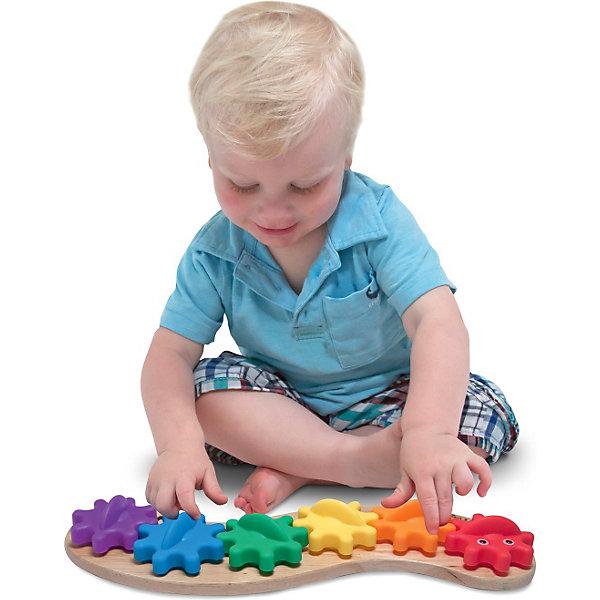 Игрушка Гусеница с шестеренками, Melissa &amp; DougДеревянные игрушки<br>Игрушка-манипулятор Гусеница с шестеренками от Melissa &amp; Doug обязательно порадует маленьких деток. Веселая гусеничка состоит из шести ярких шестеренок, одетых на колышки того же цвета. Разберите гусеничку, дайте ребенку цветные шестеренки и деревянное основание, пусть он подберет их по цветам  и соберет забавную гусеничку. А затем можно вместе наблюдать, как шестеренки начнут вращаться одна за другой, вызывая восторг у малыша. Игрушка сделана из дерева, а каждая шестеренка гусеницы, окрашена яркой, нетоксичной краской, поэтому играть с гусеничкой могут даже самые маленькие детки.  Игрушка позволят уже с раннего возраста развивать у ребенка творческие навыки, а конструкция игрушки способствует раннему развитию моторики. Играйте и наслаждайтесь вместе с  Melissa &amp; Doug!<br><br>Дополнительная информация:<br><br>- Потрясающие подарок для малышей;<br>- Отличный тренажер мелкой моторики;<br>- Красочный дизайн;<br>- Материал: натуральное дерево, безопасная краска;<br>- Размер упаковки: 36 х 5 х 15 см;<br>- Вес: 453 г<br><br>Игрушку Гусеница с шестеренками, Melissa &amp; Doug можно купить в нашем интернет-магазине.<br>Ширина мм: 360; Глубина мм: 50; Высота мм: 150; Вес г: 453; Возраст от месяцев: 24; Возраст до месяцев: 36; Пол: Унисекс; Возраст: Детский; SKU: 3861955;