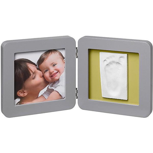 Фоторамка двойная, Baby Art, серый, подложка коралловая/бирюзовая/салатовая/фиолетоваяДетские предметы интерьера<br>Гипсовая скульптура Baby Art (Бейби Арт) - это способ сохранить отпечаток ручки или ножки малыша. Готовый отпечаток помещается в рамочку, ставится подпись, а в соседнем окошке находится фотография ребенка. <br>Процесс создания слепка:<br>• материал надо размять руками и раскатать скалкой;<br>• оставить отпечаток ручки или ножки малыша;<br>• обрезать лишние края основы (желательно выравнивать края под линейку, сделать 4 среза);<br>• оставить гипс сохнуть;<br>• приклеить слепок в окошко рамки;<br>• поместить фотографию ребенка в соседнее окошко.<br><br>Дополнительная информация:<br><br>Размер одной створки: 17х17 см<br>Комплектация набора «Print Frame»:<br>• двойная фоторамка;<br>• гипсовый слепок;<br>• скалка;<br>• двусторонняя клейкая лента;<br>• инструкция.<br>ВНИМАНИЕ! Данный артикул имеется в наличии в разных цветовых исполнениях (коралловая/бирюзовая/салатовая/фиолетовая подложка). К сожалению, заранее выбрать определенный цвет невозможно. <br> <br>Фоторамку двойную, Baby Art, серую, подложка коралловая/бирюзовая/салатовая/фиолетовая можно купить в нашем интернет-магазине.<br><br>Ширина мм: 187<br>Глубина мм: 187<br>Высота мм: 66<br>Вес г: 761<br>Цвет: серый<br>Возраст от месяцев: 0<br>Возраст до месяцев: 12<br>Пол: Унисекс<br>Возраст: Детский<br>SKU: 3924377