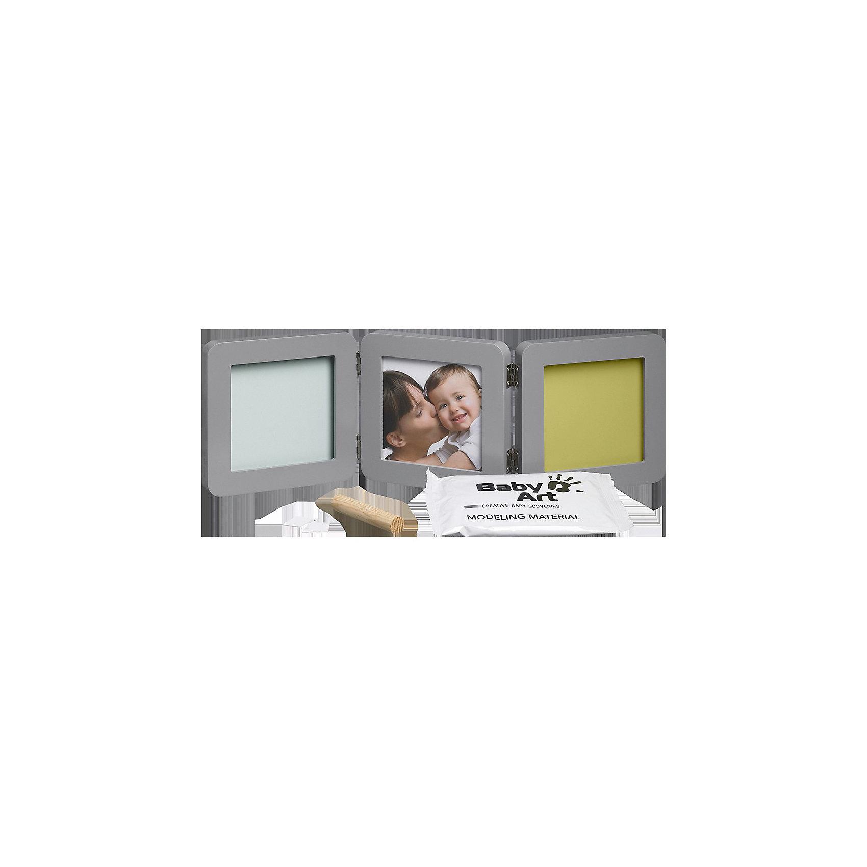 Фоторамка тройная, Baby Art, серая, подложка коралловая/бирюзовая/салатовая/фиолетоваяСоздать объемный отпечаток ручки и ножки ребенка поможет набор Baby Art (Бейби Арт). Гипсовые отпечатки помещается в рамочку, между ними ставится фотография малыша. <br>Процесс создания слепка:<br>• материал надо размять руками и раскатать скалкой;<br>• оставить отпечаток ручки и ножки малыша;<br>• обрезать лишние края основы (желательно выравнивать края под линейку, сделать 4 среза);<br>• оставить гипс сохнуть;<br>• приклеить слепок в окошко рамки;<br>• поместить фотографию ребенка в соседнее окошко.<br><br>Дополнительная информация:<br><br>Размер одной створки: 17х17 см<br>Комплектация набора «Double Print Frame»:<br>• тройная фоторамка;<br>• гипсовый слепок;<br>• скалка;<br>• двусторонняя клейкая лента;<br>• инструкция. <br>ВНИМАНИЕ! Данный артикул имеется в наличии в разных цветовых исполнениях (коралловая/бирюзовая/салатовая/фиолетовая подложка). К сожалению, заранее выбрать определенный цвет невозможно. <br>Фоторамку тройную, Baby Art, серую, подложка коралловая/бирюзовая/салатовая/фиолетовая можно купить в нашем интернет-магазине.<br><br>Ширина мм: 197<br>Глубина мм: 185<br>Высота мм: 99<br>Вес г: 1122<br>Цвет: серый<br>Возраст от месяцев: 0<br>Возраст до месяцев: 12<br>Пол: Унисекс<br>Возраст: Детский<br>SKU: 3924378