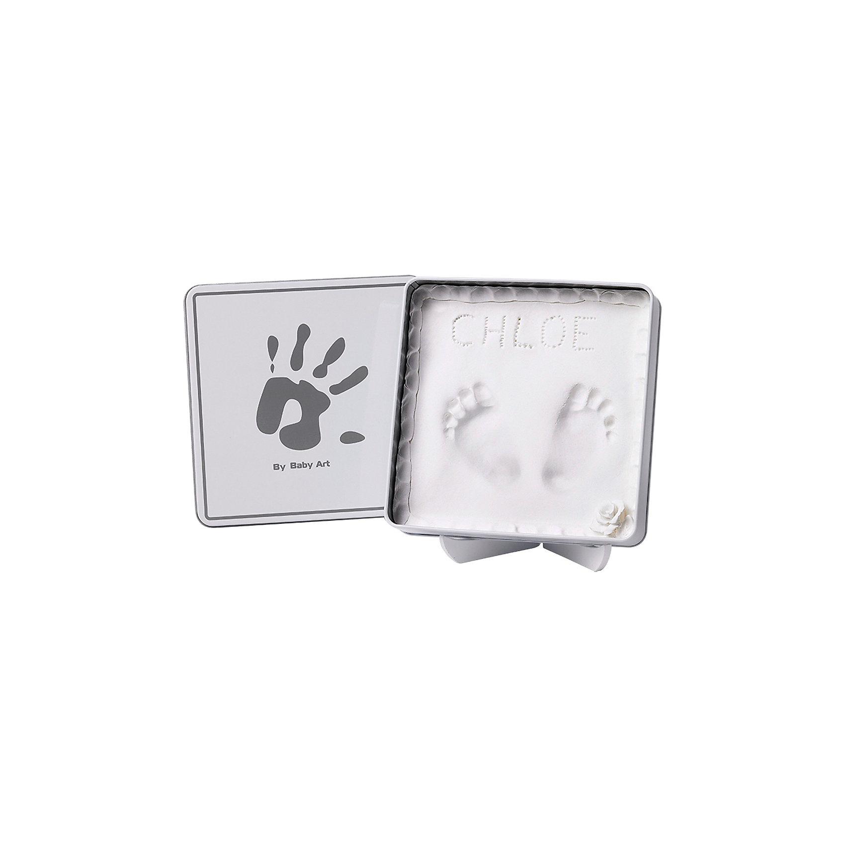 Коробочка с отпечатком Мэджик Бокс, Baby Art, белыйПредметы интерьера<br>Сувенир на память с отпечатком ручки или ножки вашего малыша на долгие годы оставит «след» в вашем семейном архиве. Коробочку с отпечатком Magic box можно установить на специальную подставку, или хранить отпечаток под крышкой. <br>Процесс создания слепка:<br>• материал надо размять руками и раскатать скалкой внутри коробочки;<br>• оставить отпечаток ручки или ножки малыша;<br>• дать гипсу высохнуть, не накрывая крышкой;<br>• установить коробочку со слепком на подставку.<br><br>Дополнительная информация:<br><br>Размер коробочки Baby Art: 17х17 см<br>Комплектация набора:<br>• жестяная коробочка с крышкой;<br>• гипсовый слепок;<br>• скалка;<br>• подставка;<br>• инструкция. <br>Коробочку с отпечатком Мэджик Бокс, Baby Art, белую можно купить в нашем интернет-магазине.<br><br>Ширина мм: 181<br>Глубина мм: 182<br>Высота мм: 48<br>Вес г: 383<br>Цвет: серый<br>Возраст от месяцев: 0<br>Возраст до месяцев: 12<br>Пол: Унисекс<br>Возраст: Детский<br>SKU: 3924379