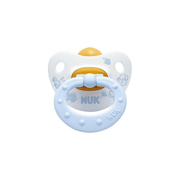 Пустышка для сна с кольцом Латекс, р. 2, Baby Blue, NUKПустышки<br>Пустышка для сна имеет ортодонтическую форму, что обеспечивает правильное формирование прикуса и челюстно-лицевого аппарата. Пустышка идеально прилегает к лицу и подходит по форме к ротовой полости малыша. Клапанная система NUK AIR SYSTEM позволяет воздуху выходить через специальное отверстие, поэтому, пустышка сохраняет свою форму и мягкость. В загубнике есть два симметричных отверстия, которые обеспечивают крохе легкое дыхание ночью.  Кольцо пустышки складывается, благодаря этому она не сдавливает лицо малыша во время сна. Пустышка выполнена из гипоаллергенных материалов безопасных для детей.<br><br>Дополнительная информация:<br><br>- Материал: латекс, пластик.<br>- Размер: 2<br>- Цвет: нежно-голубой, белый. <br>- Клапанная система NUK AIR SYSTEM.<br><br>Пустышку для сна с кольцом Латекс, р. 2, Baby Blue, NUK можно купить в нашем магазине.<br>Ширина мм: 110; Глубина мм: 200; Высота мм: 130; Вес г: 30; Возраст от месяцев: 6; Возраст до месяцев: 18; Пол: Мужской; Возраст: Детский; SKU: 3932413;