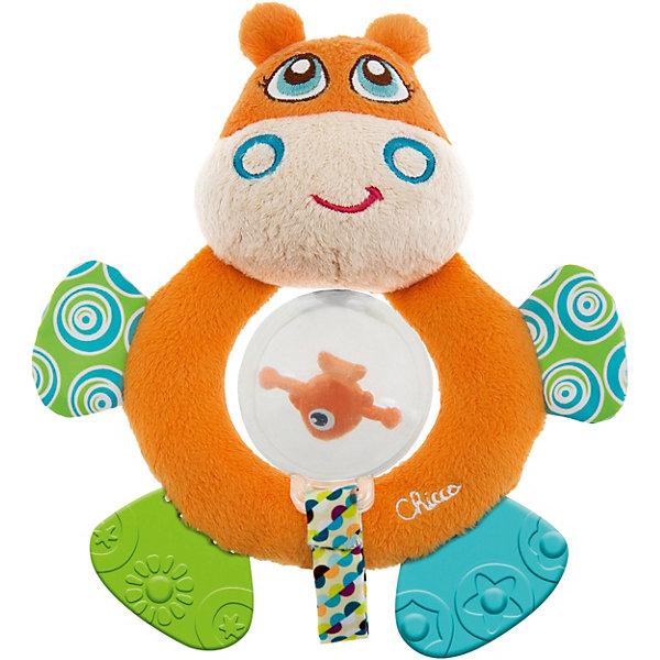 Мягкая игрушка-погремушка Бегемот Hippo, ChiccoИгрушки для новорожденных<br>Мягкая игрушка-погремушка Бегемот Hippo, Chicco (Чикко) - это забавная оригинальная игрушка для вашего малыша.<br>Мягкая игрушка-погремушка Бегемот Hippo от Chicco (Чикко) привлечет внимание вашего малыша и не позволит ему скучать! Игрушка выполнена из мягкого текстильного материала в виде симпатичного бегемотика. Его глазки, носик и щечки вышиты нитками, а если нажать на голову, то послышится звук пищалки. В прозрачной сфере, подвешенной на ленточке, размещена забавная рыбка, которая издает звуки при вращении. Благодаря необычной конструкции игрушки, у сферы есть два положения. Она может находиться внутри кольца, или свободно висеть в нижней части игрушки. Ножки бегемотика из безопасного пластика с разными рисунками, их можно использовать как прорезыватели для зубов. Если потрогать ручки игрушки, то услышите шуршащий звук. Форма погремушки удобна для маленьких ручек ребенка. Он сможет ее держать, трясти и перекладывать из одной ручки в другую. Яркая игрушка-погремушка поможет малышу в развитии цветового и звукового восприятия, концентрации внимания, мелкой моторики рук, координации движений и тактильных ощущений. Изготовлена из безопасных для здоровья ребенка материалов.<br><br>Дополнительная информация:<br><br>- Размер игрушки: 17,5 х 15 х 5,5 см.<br>- Цвет: оранжевый, белый, голубой, зеленый<br>- Материал: высококачественный пластик, текстиль, мягкий наполнитель<br>- Размер упаковки: 25 x 18 x 7 см.<br>- Вес: 120 гр.<br><br>Мягкую игрушку-погремушку Бегемот Hippo, Chicco (Чикко) можно купить в нашем интернет-магазине.<br><br>Ширина мм: 260<br>Глубина мм: 175<br>Высота мм: 53<br>Вес г: 124<br>Возраст от месяцев: 3<br>Возраст до месяцев: 18<br>Пол: Унисекс<br>Возраст: Детский<br>SKU: 3943187