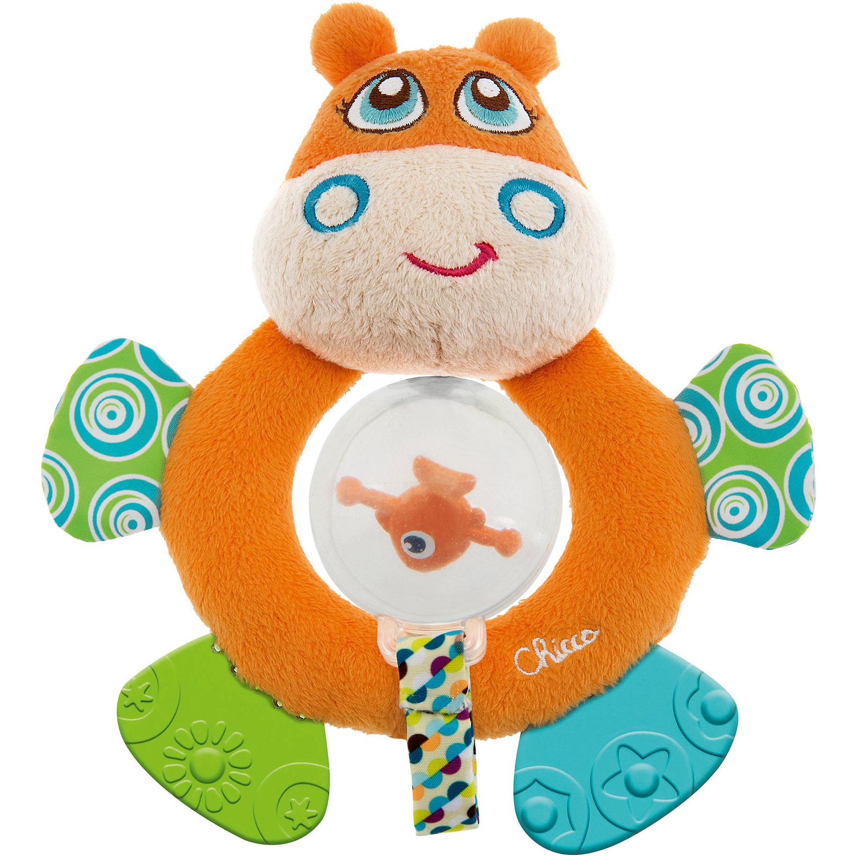 Мягкая игрушка-погремушка Бегемот Hippo, ChiccoМягкая игрушка-погремушка Бегемот Hippo, Chicco (Чикко) - это забавная оригинальная игрушка для вашего малыша.<br>Мягкая игрушка-погремушка Бегемот Hippo от Chicco (Чикко) привлечет внимание вашего малыша и не позволит ему скучать! Игрушка выполнена из мягкого текстильного материала в виде симпатичного бегемотика. Его глазки, носик и щечки вышиты нитками, а если нажать на голову, то послышится звук пищалки. В прозрачной сфере, подвешенной на ленточке, размещена забавная рыбка, которая издает звуки при вращении. Благодаря необычной конструкции игрушки, у сферы есть два положения. Она может находиться внутри кольца, или свободно висеть в нижней части игрушки. Ножки бегемотика из безопасного пластика с разными рисунками, их можно использовать как прорезыватели для зубов. Если потрогать ручки игрушки, то услышите шуршащий звук. Форма погремушки удобна для маленьких ручек ребенка. Он сможет ее держать, трясти и перекладывать из одной ручки в другую. Яркая игрушка-погремушка поможет малышу в развитии цветового и звукового восприятия, концентрации внимания, мелкой моторики рук, координации движений и тактильных ощущений. Изготовлена из безопасных для здоровья ребенка материалов.<br><br>Дополнительная информация:<br><br>- Размер игрушки: 17,5 х 15 х 5,5 см.<br>- Цвет: оранжевый, белый, голубой, зеленый<br>- Материал: высококачественный пластик, текстиль, мягкий наполнитель<br>- Размер упаковки: 25 x 18 x 7 см.<br>- Вес: 120 гр.<br><br>Мягкую игрушку-погремушку Бегемот Hippo, Chicco (Чикко) можно купить в нашем интернет-магазине.<br><br>Ширина мм: 260<br>Глубина мм: 175<br>Высота мм: 53<br>Вес г: 124<br>Возраст от месяцев: 3<br>Возраст до месяцев: 18<br>Пол: Унисекс<br>Возраст: Детский<br>SKU: 3943187