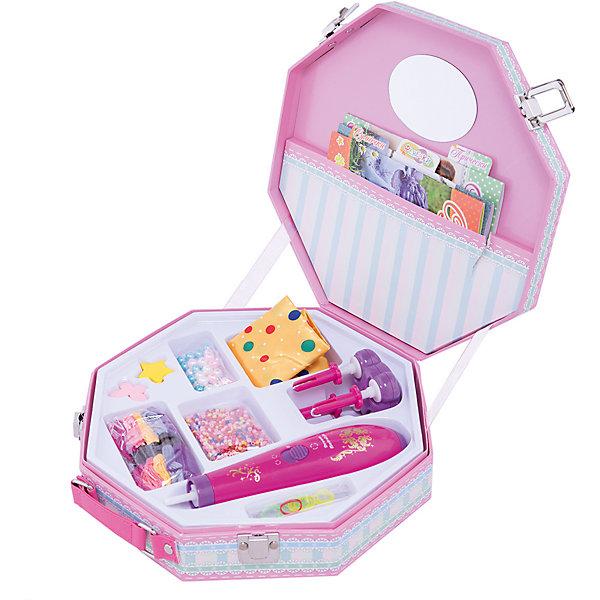 Чемоданчик маленькой модницы, FantasticНаборы для плетения<br>Этот чудо-чемоданчик поможет юной моднице стать самой стильной.  В чемоданчике есть станочек для создания модных причесок с косичками и разноцветные нитки и бусины для плетения фенечек. Также есть платок для создания стильных сумочек. Набор включает также зеркальце и три книжки-инструкции, которые лежат в специальном карманчике и поэтому всегда под рукой. <br><br>Дополнительная информация:<br><br>- для работы станка для создания причесок требуются батарейки (приобретаются отдельно)<br>- размер упаковки: 24 х 24 х 6 см<br>- вес: 800 г<br><br>Чемоданчик маленькой модницы, Fantastic можно купить в нашем магазине.<br><br>Ширина мм: 242<br>Глубина мм: 242<br>Высота мм: 60<br>Вес г: 800<br>Возраст от месяцев: 72<br>Возраст до месяцев: 144<br>Пол: Унисекс<br>Возраст: Детский<br>SKU: 3963755
