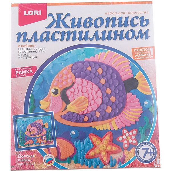 Живопись пластилином Морская рыбка, LORIКартины из пластилина<br>Живопись пластилином Морская рыбка, Lori - увлекательный набор для детского творчества, который поможет Вашему ребенку развить свои творческие способности. С помощью цветной основы и пластилина разных цветов он сможет создать красочную картинку с изображением нарядной морской рыбки. Процесс создания картинки не сложен, но увлекателен - пластилин нужно скатывать в шарики и наносить мазками на основу-шаблон. Картинка украсит комнату ребенка или станет подарком, сделанным собственными руками для его друзей и родственников. Набор способствует развитию творческих способностей, образного мышления, воображения, мелкой моторики рук и усидчивости.<br><br>Дополнительная информация:<br><br>- В комплекте: цветная основа, пластилин, стек, рамка, инструкция. <br>- Материал: пластилин.<br>- Размер картинки: 18 x 21 см.<br>- Размер упаковки: 20 x 23 x 4 см.<br>- Вес: 0,2 кг.<br><br>Живопись пластилином Морская рыбка, Lori можно купить в нашем интернет-магазине.<br>Ширина мм: 230; Глубина мм: 200; Высота мм: 40; Вес г: 238; Возраст от месяцев: 84; Возраст до месяцев: 156; Пол: Унисекс; Возраст: Детский; SKU: 3970831;
