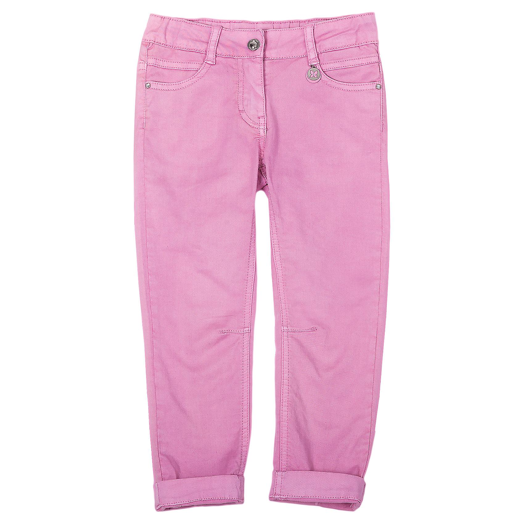 Брюки для девочки GulliverБрюки<br>Розовые брюки Gulliver (Гулливер) - базовая вещь летнего гардероба девочки. Стильные брючки отлично сочетаются с вещами из коллекции Волшебницы Winx. С их помощью Вы сможете создать и повседневный и праздничный образ. Брюки slim силуэта с подворотами выглядят очень модно. Они создадут отличное настроение и сделают любой образ ярче. Брюки выполнены из хлопка, поэтому девочке будет максимально комфортно. Эластан в составе ткани обеспечивает красивую комфортную посадку изделия на фигуре. Девочки будут в восторге от симпатичного металлического брелка и стразов, использованных при оформлении. <br><br>Дополнительная информация:<br><br>- Розовые джинсы;<br>- Стильный дизайн;<br>- Состав: 98% хлопок, 2% эластан;<br>- Отлично сочетаются с моделями из коллекции Волшебницы Winx;<br>- Цвет: розовый<br><br>Брюки для девочки Gulliver (Гулливер) можно купить в нашем интернет-магазине.<br><br>Ширина мм: 215<br>Глубина мм: 88<br>Высота мм: 191<br>Вес г: 336<br>Цвет: розовый<br>Возраст от месяцев: 24<br>Возраст до месяцев: 36<br>Пол: Женский<br>Возраст: Детский<br>Размер: 98,104,116,92,122,110<br>SKU: 3995355