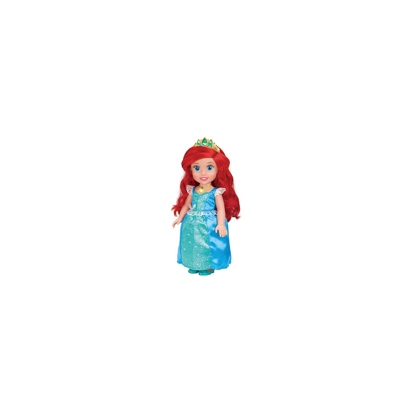 Кукла Ариэль со светящимся амулетом, 37 см, со звуком, Принцессы Дисней, КарапузВсе малышки обожают диснеевские сказки про принцесс! Но до того, как русалочка стала взрослой, она была очаровательной малышкой, такой как куколка Ариэль из серии Disney Princess (Принцессы Диснея), Карапуз. Малышка Ариэль совершенно очаровательное создание: у нее выразительные глазки, длинные ресницы и целая копна шелковистых рыжих волос.  Девочка будет с восхищением расчесывать свою маленькую принцессу, переодевать и слушать замечательную песенку.  Как у любой принцессы у куколки есть драгоценная тиара и волшебный светящийся амулет. Прекрасное платьице малышки можно снимать и придумывать ей другие наряды, еще Ариэль умеет говорить! <br><br>Дополнительная информация:<br><br>- Комплект: кукла, амулет, диадема, туфельки;<br>- Куколка говорит фразу и поет песенку;<br>- Куколка создана по мотивам мультфильмов Disney (Дисней);<br>- Работает от  батареек: 3 х AG3 / LR41 (таблетки);<br>- Материал: пластик, текстиль;<br>- Прекрасная детализация;<br>- Ручки и ножки подвижны;<br>- Высота куколки: 37 см;<br>- Вес: 920 г<br><br>Куклу Ариэль со светящимся амулетом, 37 см, со звуком,  Disney Princess (Принцессы Диснея), Карапуз можно купить в нашем интернет-магазине.<br><br>Ширина мм: 220<br>Глубина мм: 400<br>Высота мм: 130<br>Вес г: 920<br>Возраст от месяцев: 36<br>Возраст до месяцев: 84<br>Пол: Женский<br>Возраст: Детский<br>SKU: 3996822